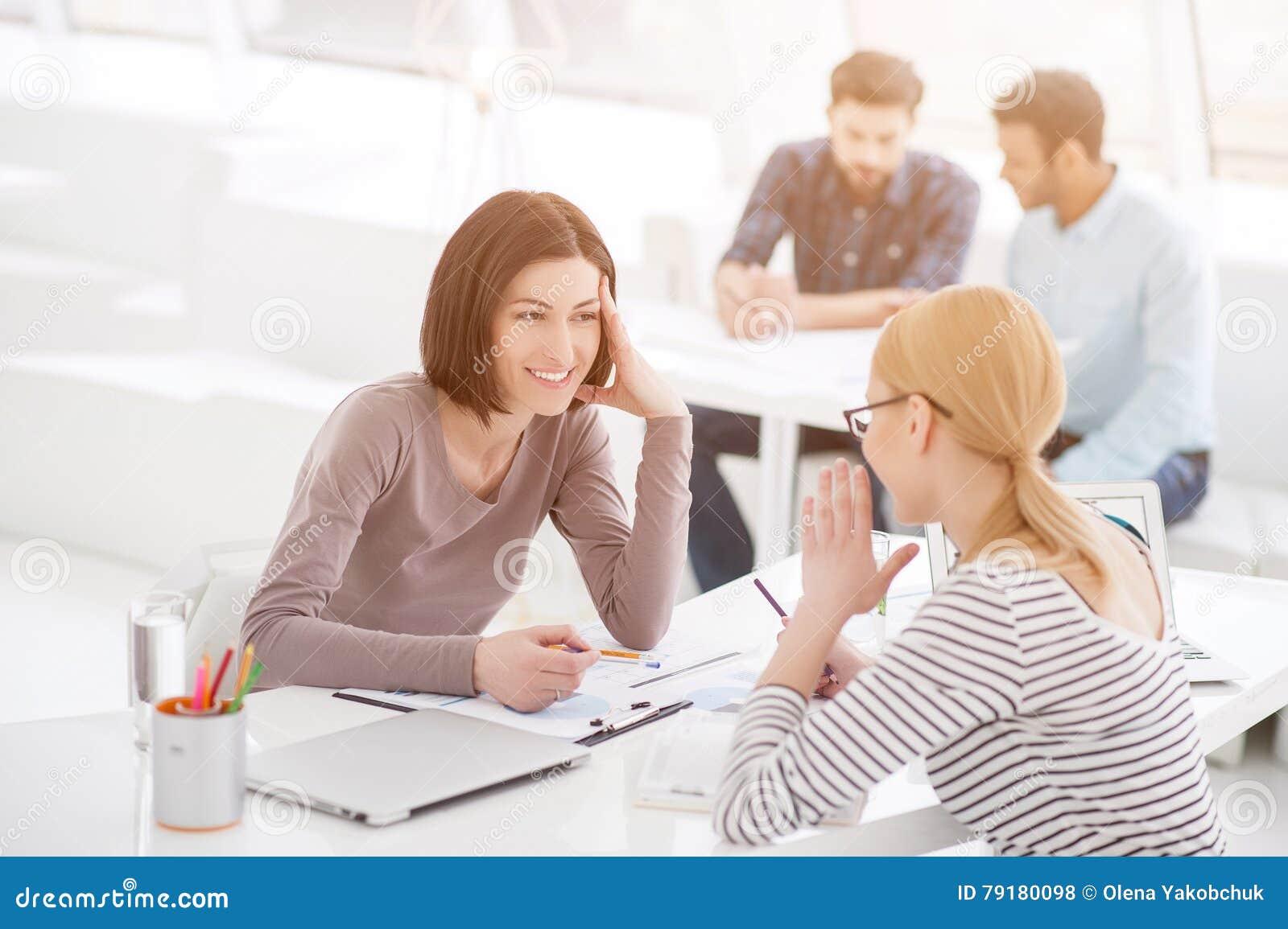 Duas mulheres que trabalham junto
