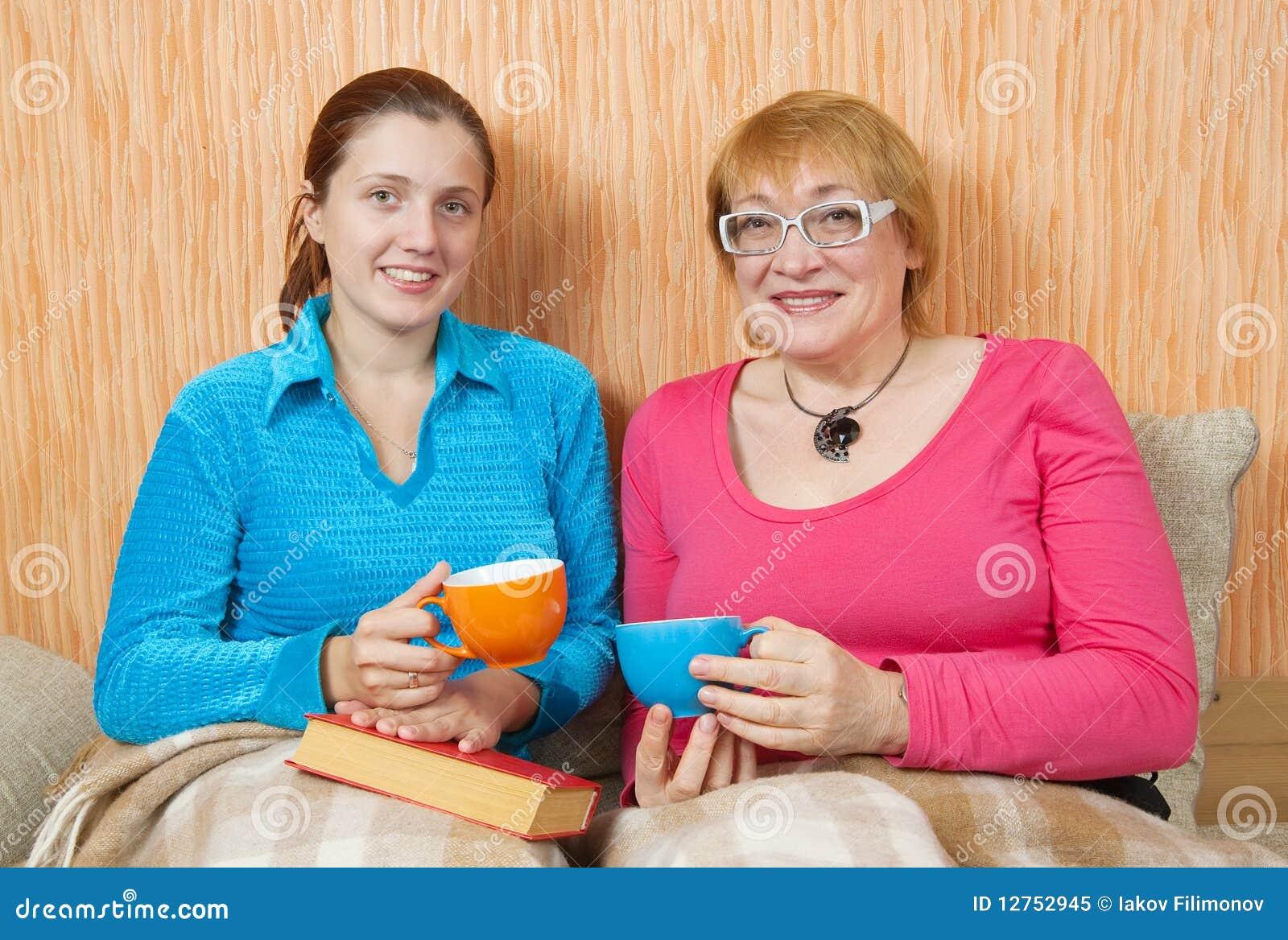 Duas mulheres têm o chá