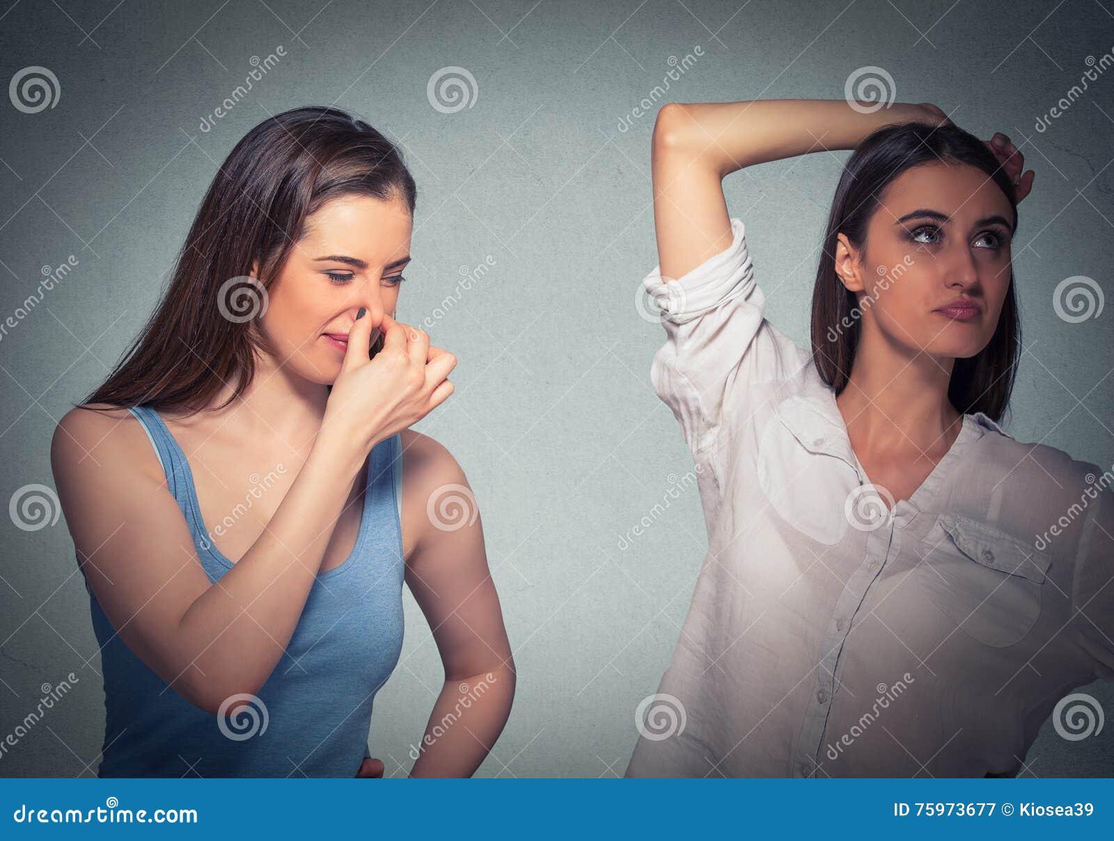 Duas mulheres, um nariz compressor algo tresandam, meninas underarm