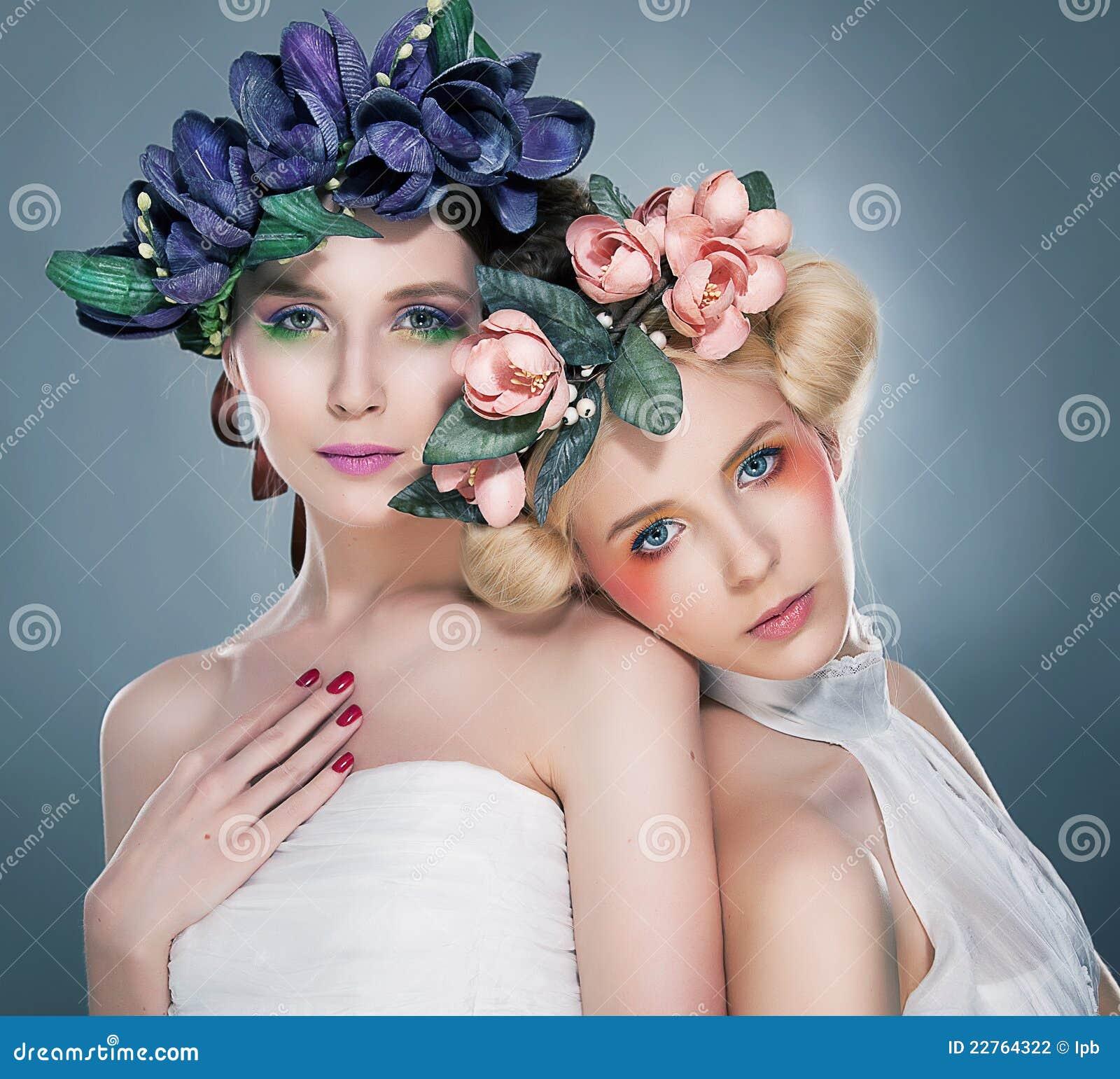 Duas ninfas graciosas - brunette e blonde encantadores