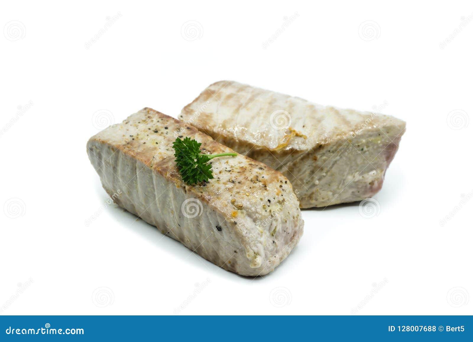 Duas partes de atum fritado isolado no fundo branco