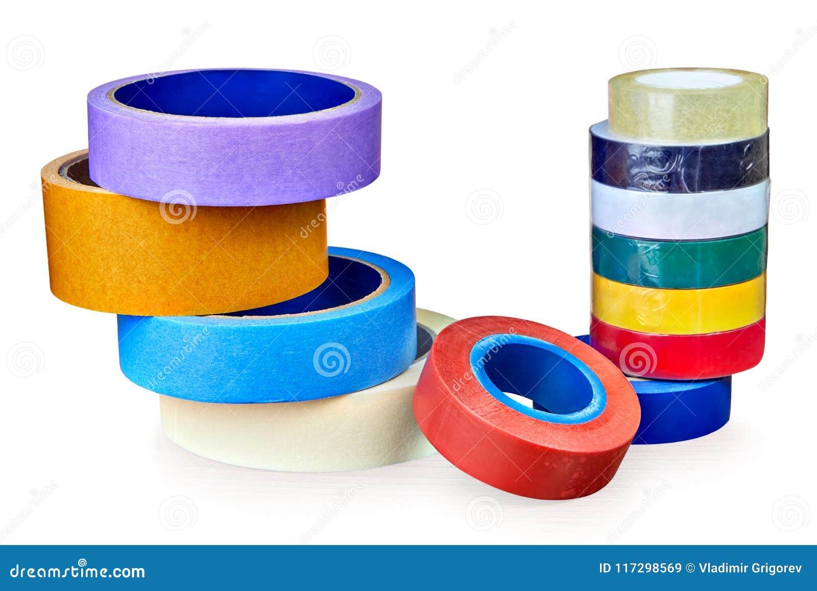 Duas pilhas de rolos da fita adesiva multi-colorida, no branco