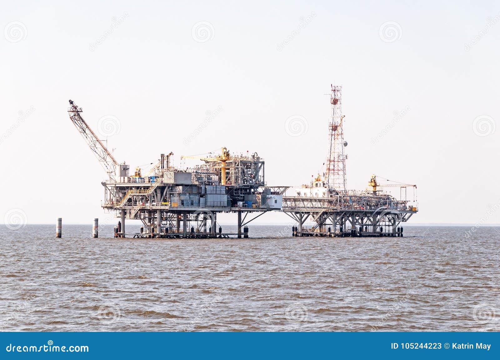 Duas plataformas petrolíferas sob a construção