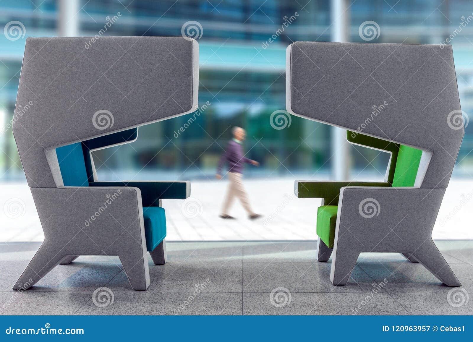 Duas poltronas modernas no interior de espera do salão