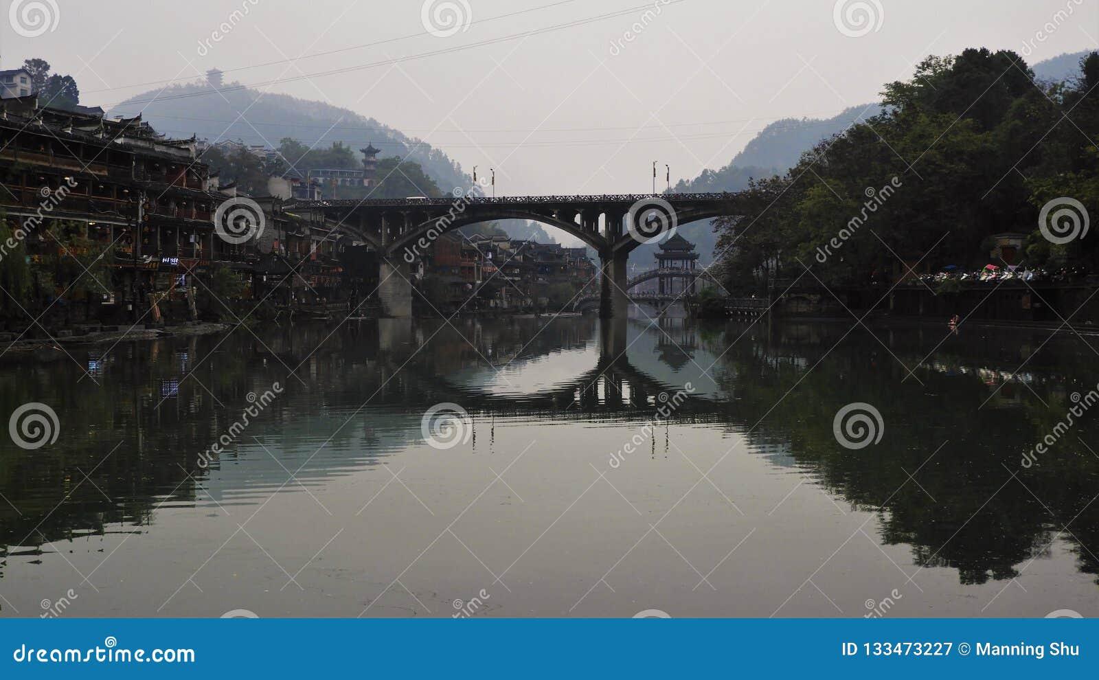 Duas pontes cruzam Tuo River na cidade antiga de Fenghuang