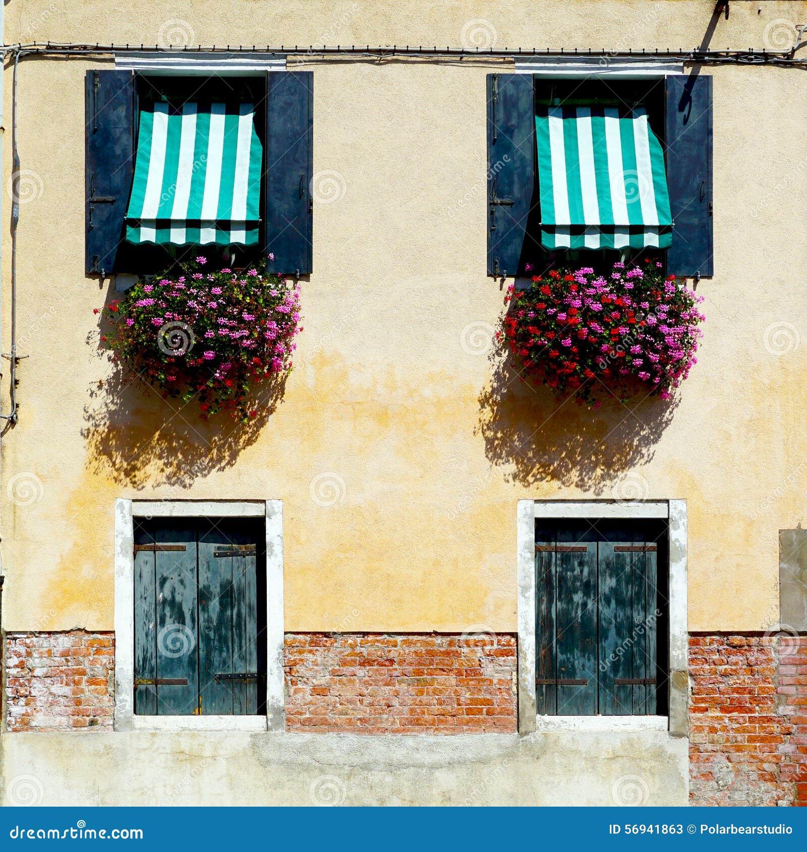 Duas portas e construções de casa de duas janelas
