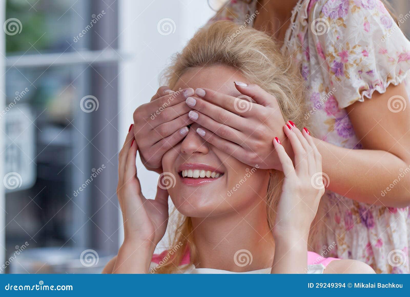 Download Duas Raparigas Bonitas No Café Do Pavimento Foto de Stock - Imagem de cute, adulto: 29249394