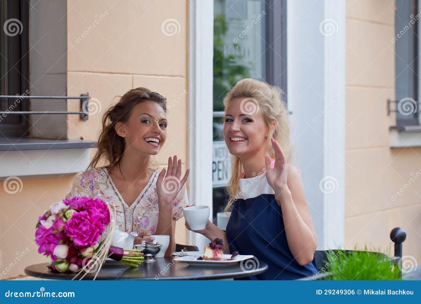 Download Duas Raparigas Bonitas No Equipamento Do Verão Foto de Stock - Imagem de gourmet, consideravelmente: 29249306