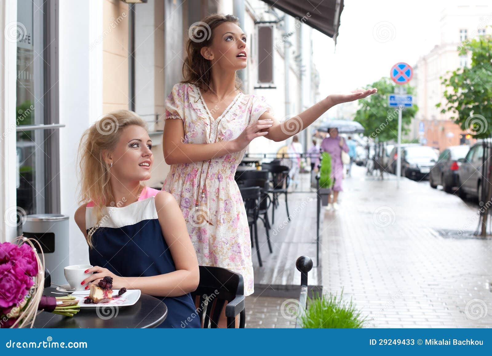 Download Duas Raparigas Bonitas No Equipamento Do Verão Imagem de Stock - Imagem de copo, torta: 29249433