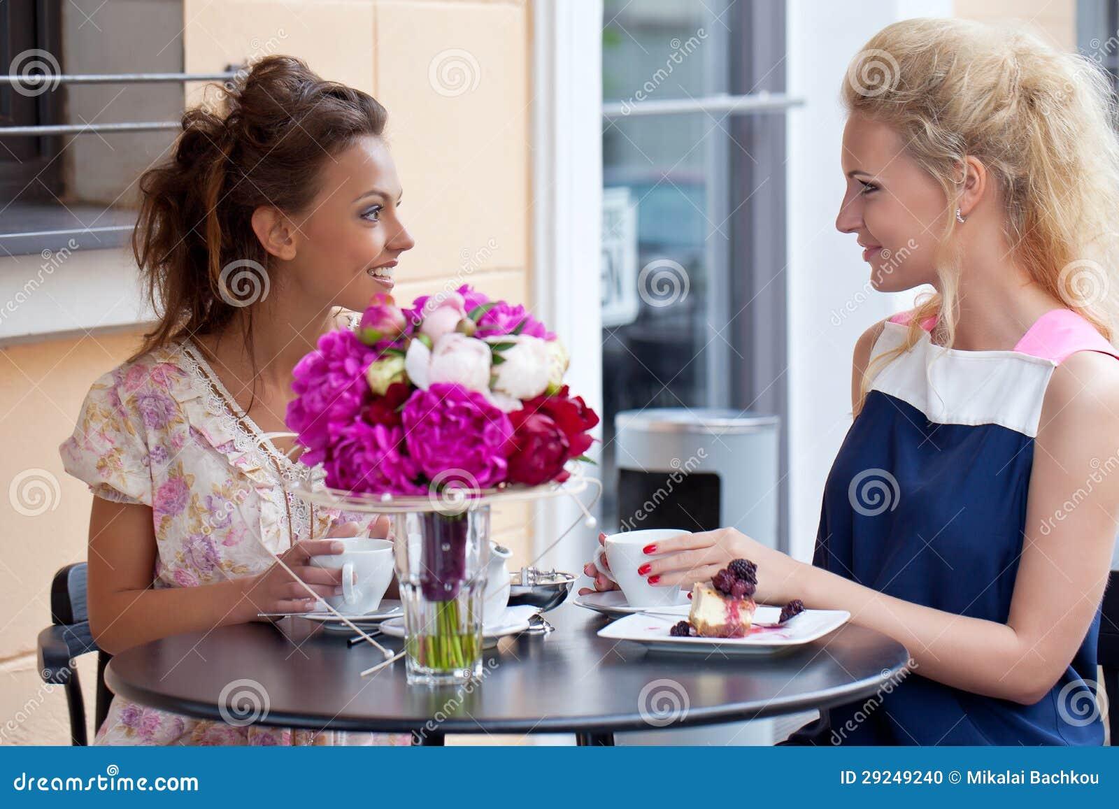 Download Duas Raparigas Bonitas No Verão Equipam O Assento Na Tabela Foto de Stock - Imagem de café, torta: 29249240