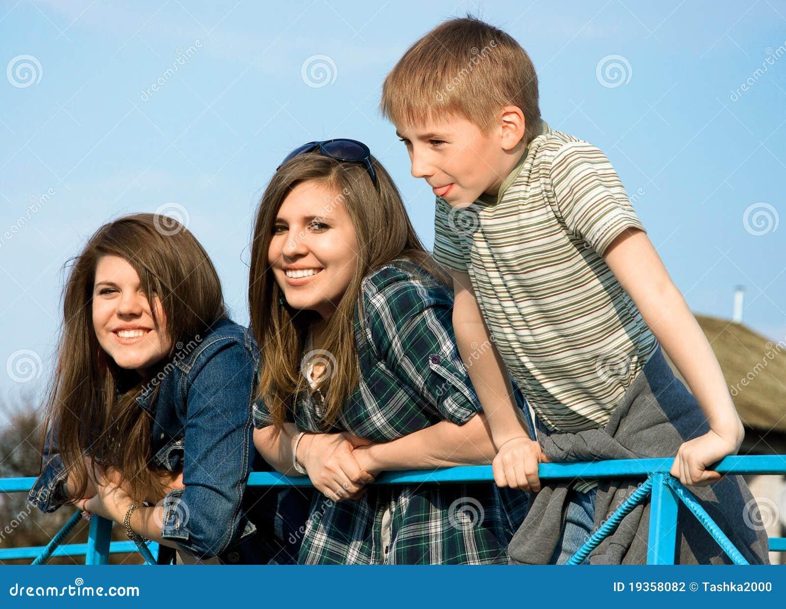 Duas raparigas e um riso do menino
