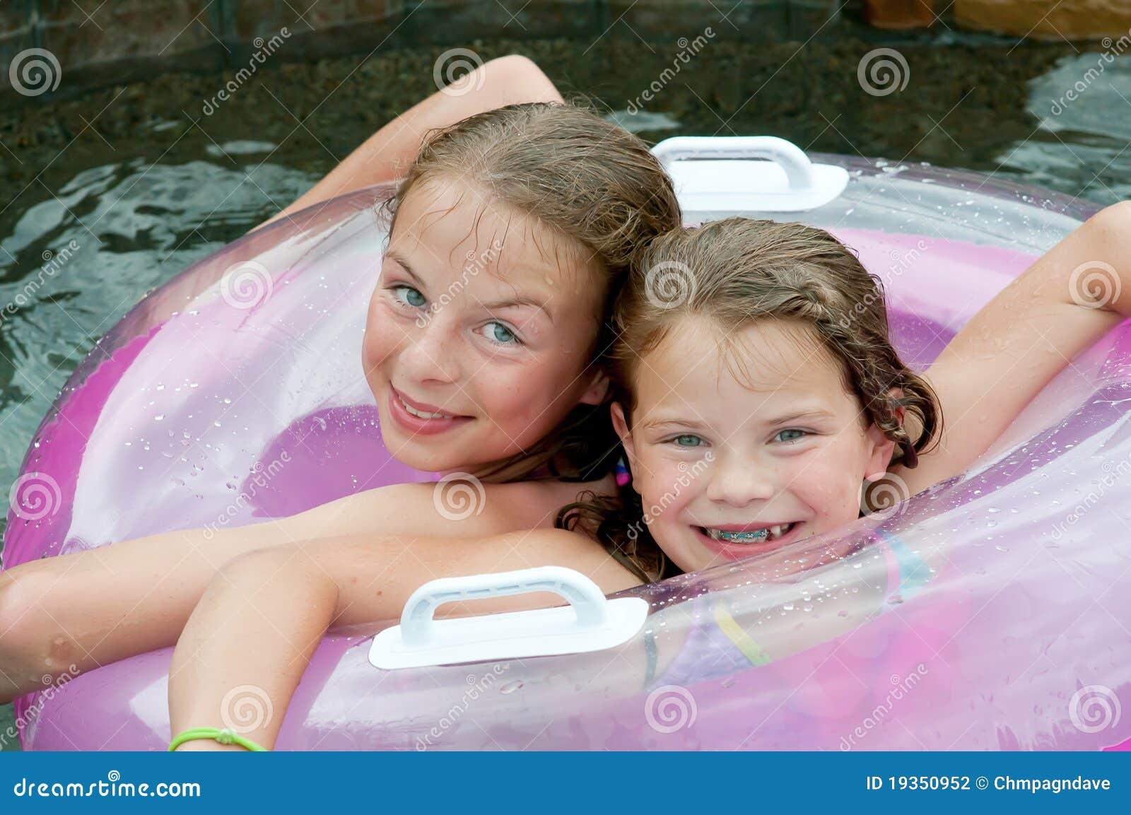 Duas raparigas na associação com flutuador