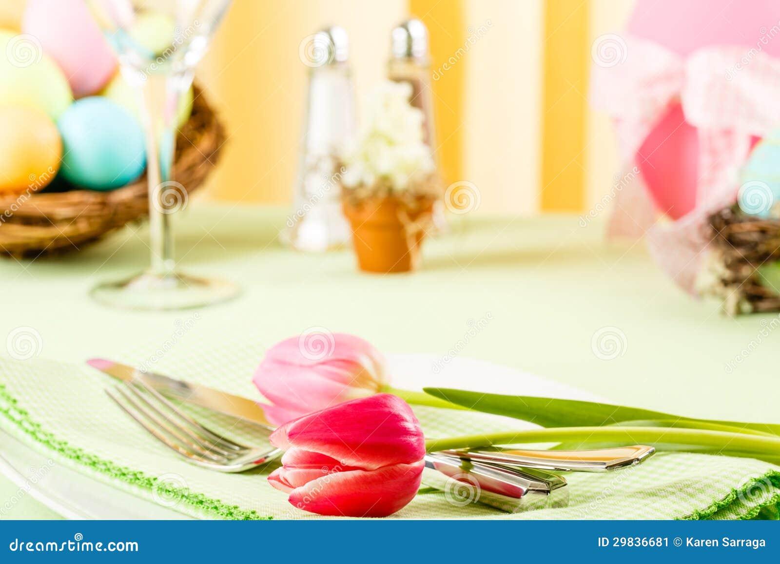 Tulipas cor-de-rosa em uma tabela de Easter