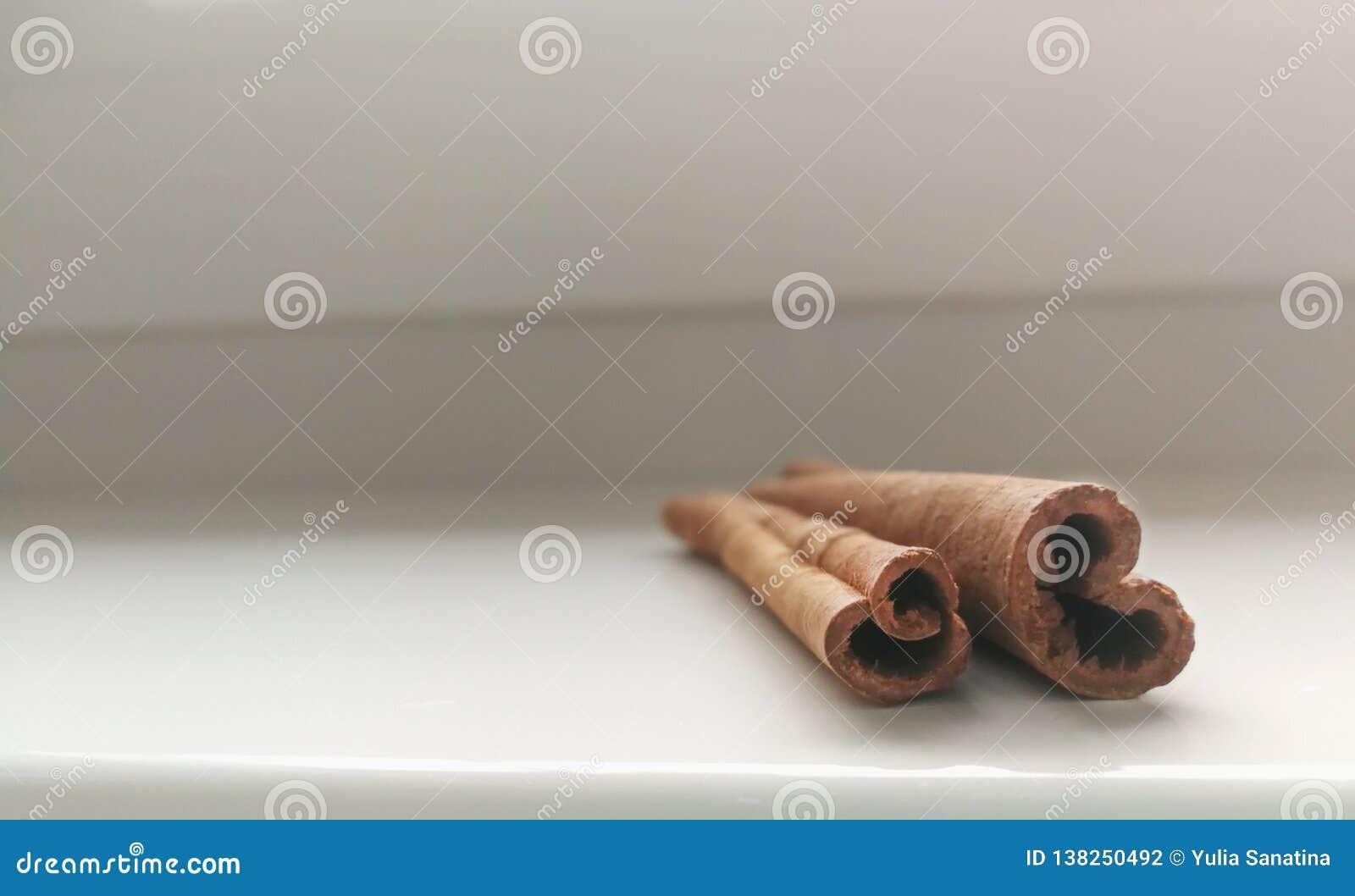 Duas varas de canela no fundo branco