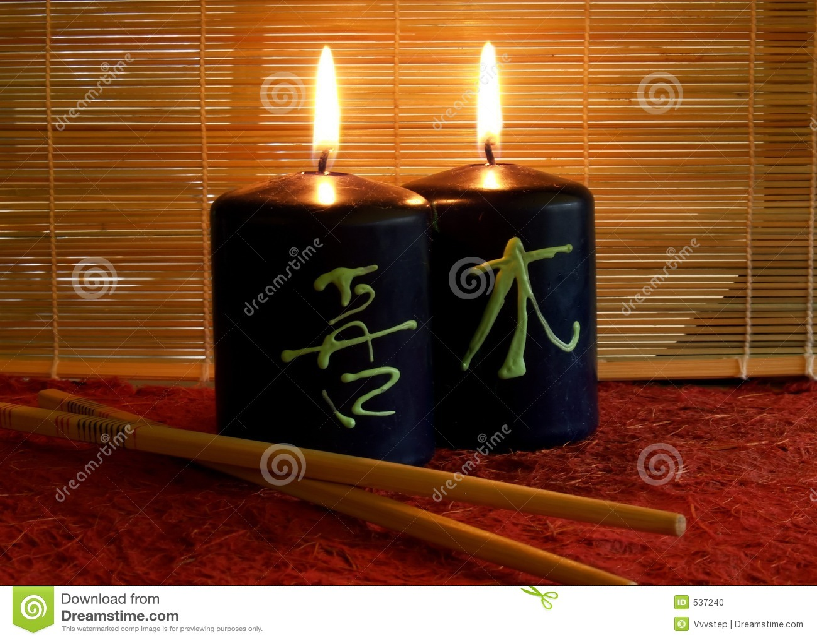 Duas velas iluminadas