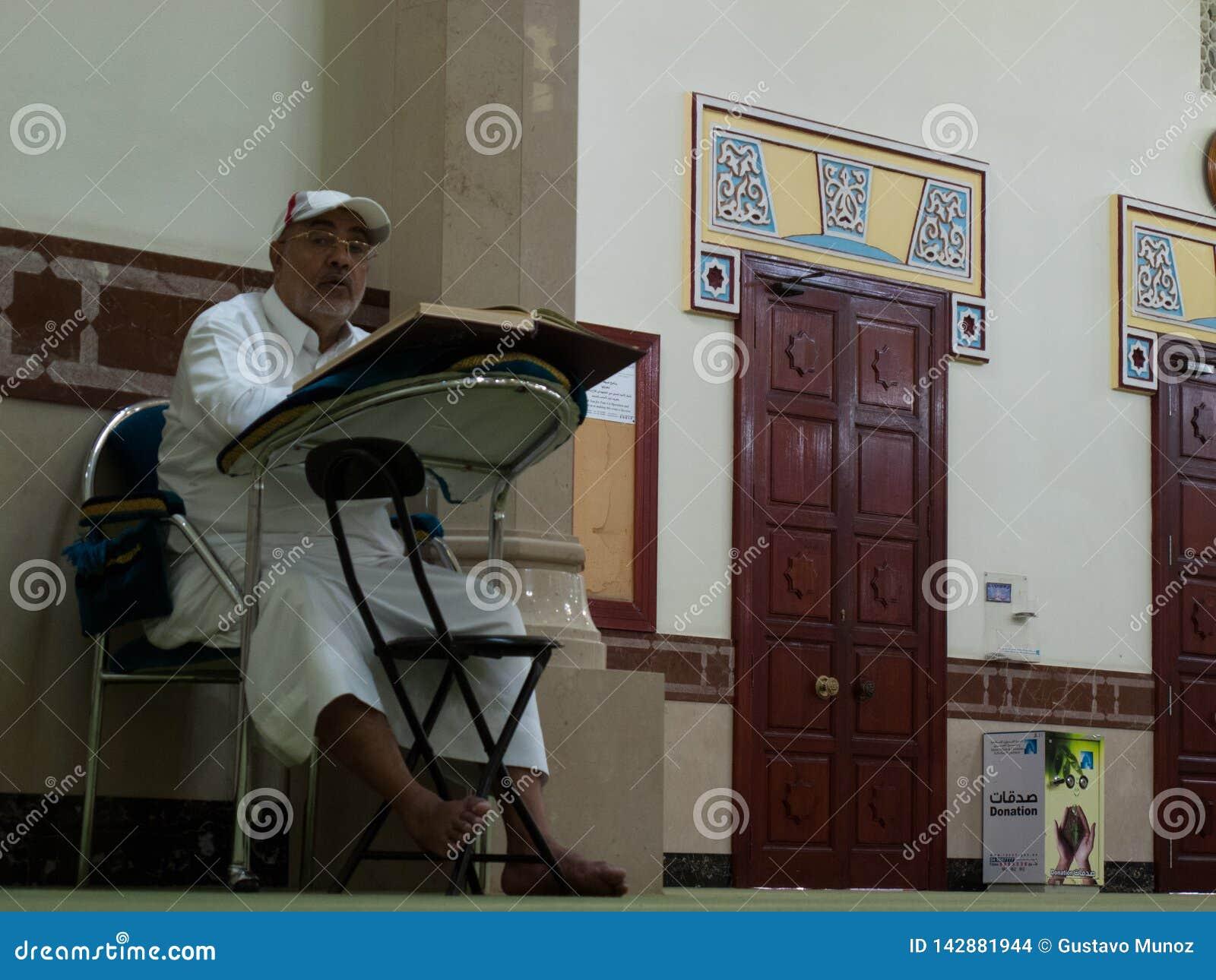 Dubaï, EAU - mars, 03, 2017 : Un homme lisant le livre de koran dans une mosquée à Dubaï