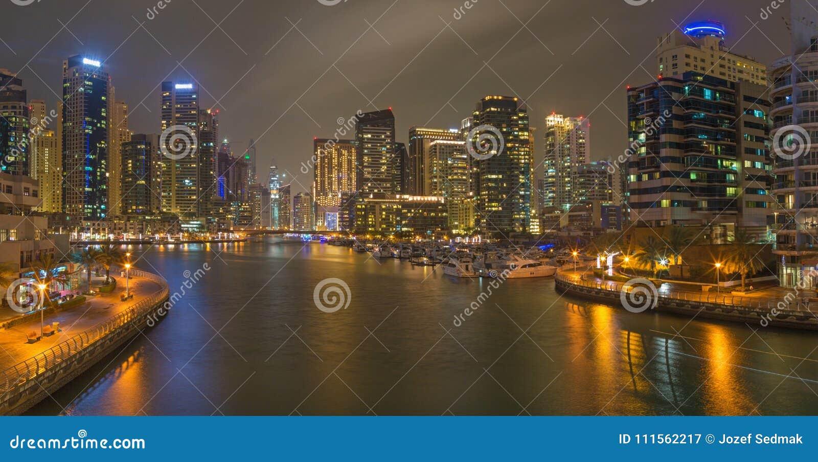 Dubai - das nächtliche Panorama des Jachthafens