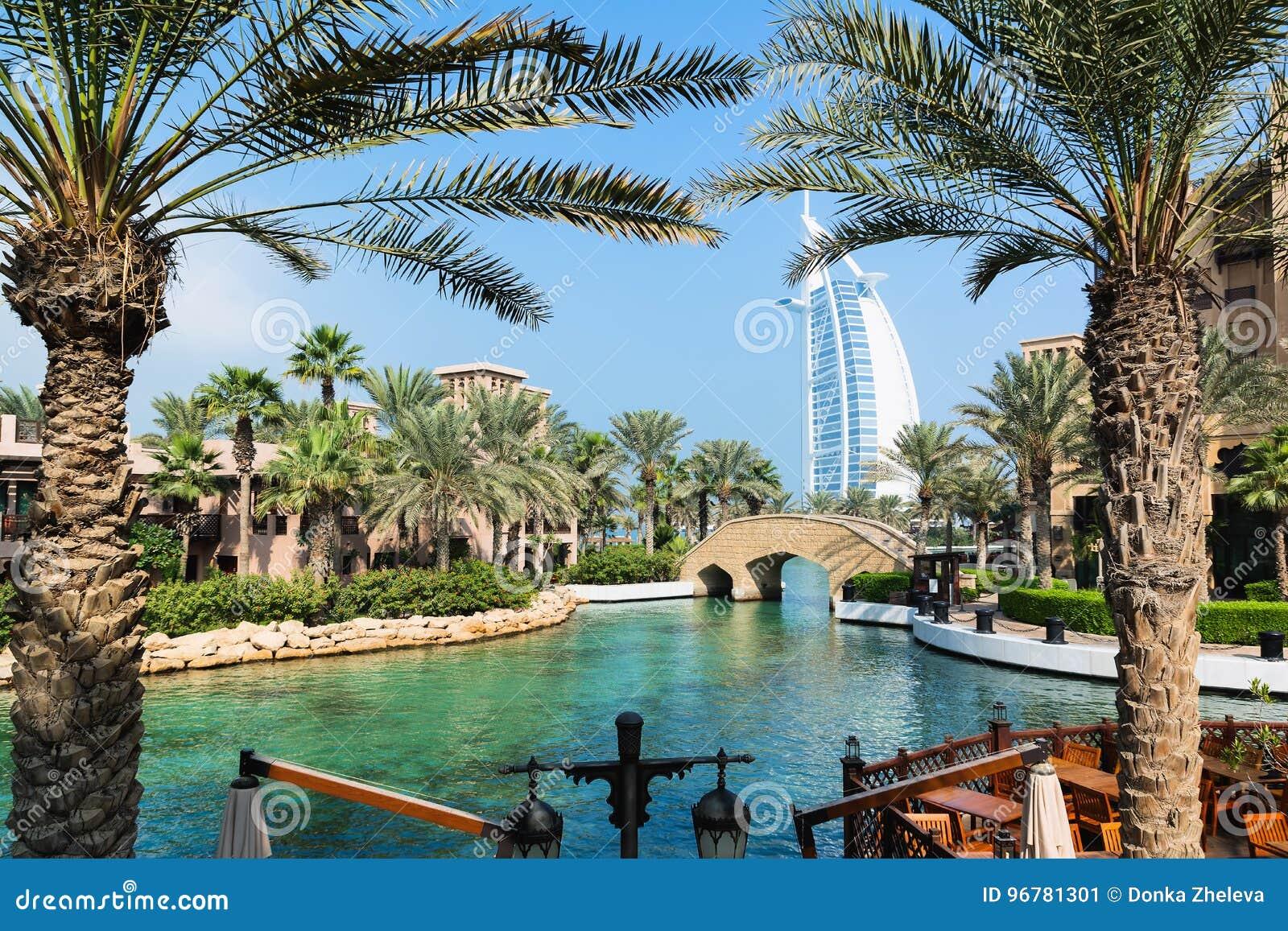 DUBAI, EMIRATOS ÁRABES UNIDOS - 7 DE DEZEMBRO DE 2016: Vista no hotel de Burj Al Arab do recurso luxuoso de Madinat Jumeirah em u