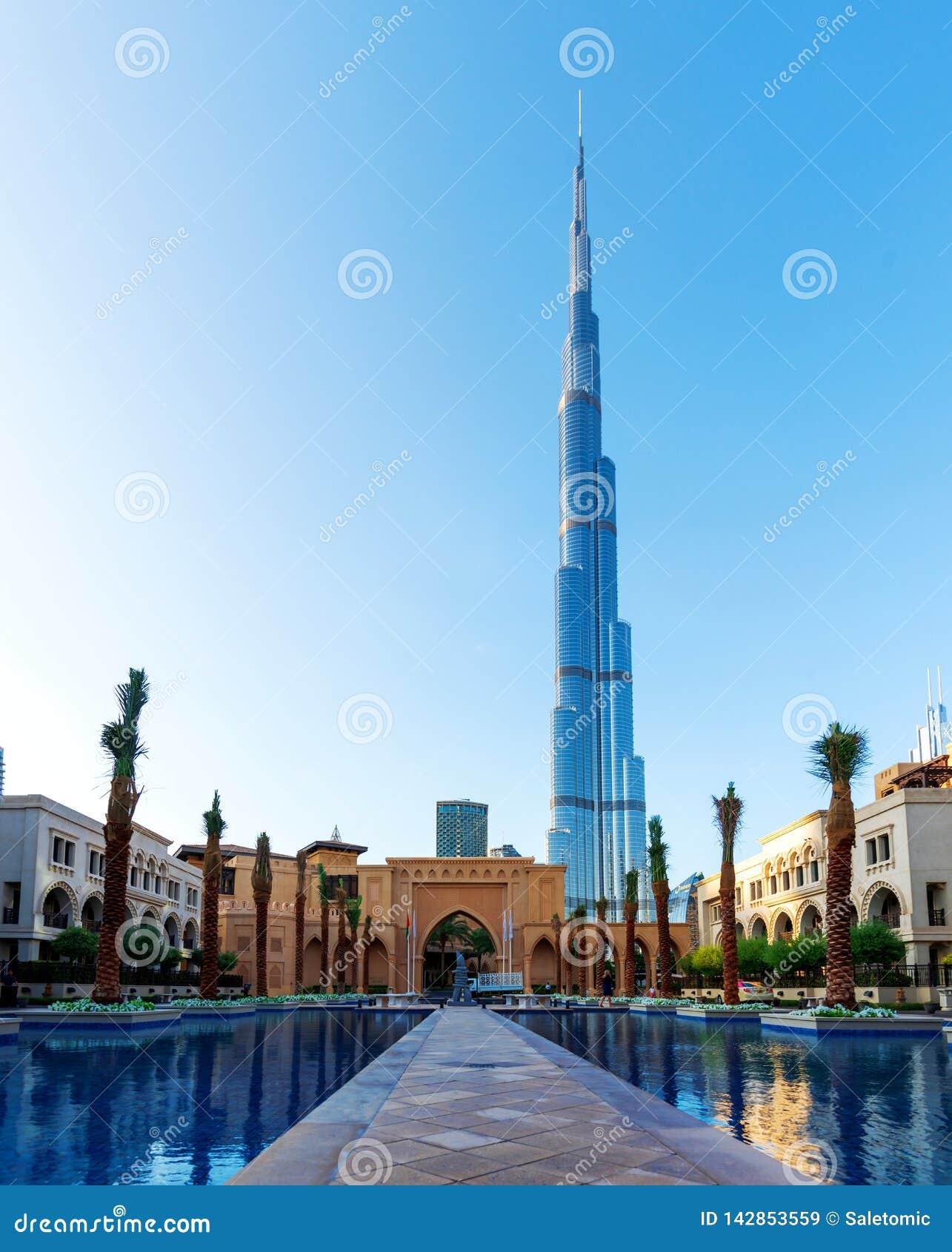 Dubai, Emiratos Árabes Unidos - 11 de dezembro de 2018: Opinião de Burj Khalifa sobre o hotel do centro do palácio
