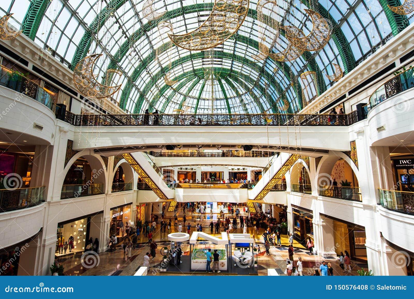Dubai, Emiratos Árabes Unidos - 3 de junho de 2018: Interior da alameda dos emirados, um dos shopping os maiores em Dubai,