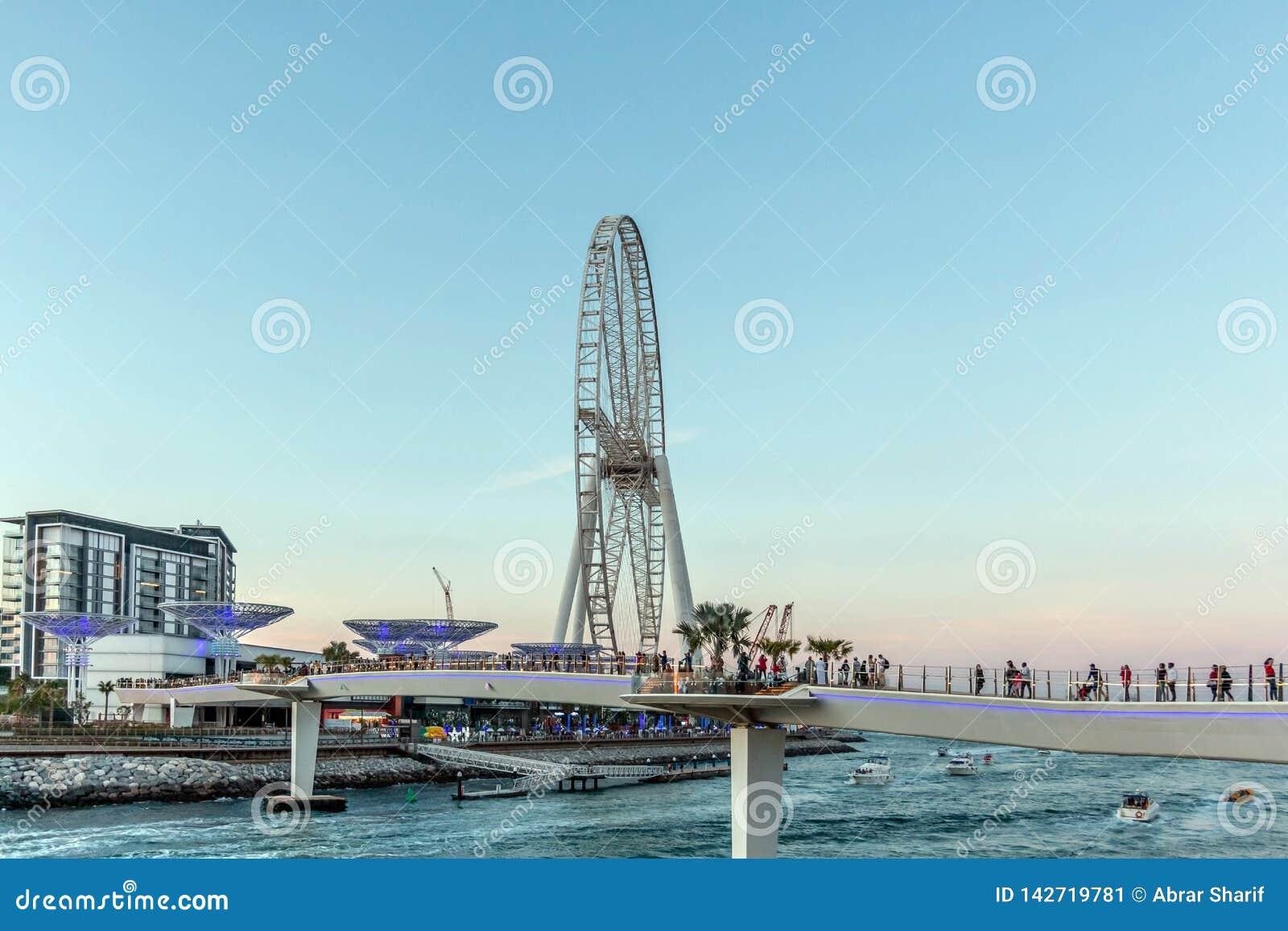 Dubai, Emiratos Árabes Unidos - 20 de março de 2019: Ilha de Bluewaters com dos cogumelos da estrutura e da roda de Ferris calle