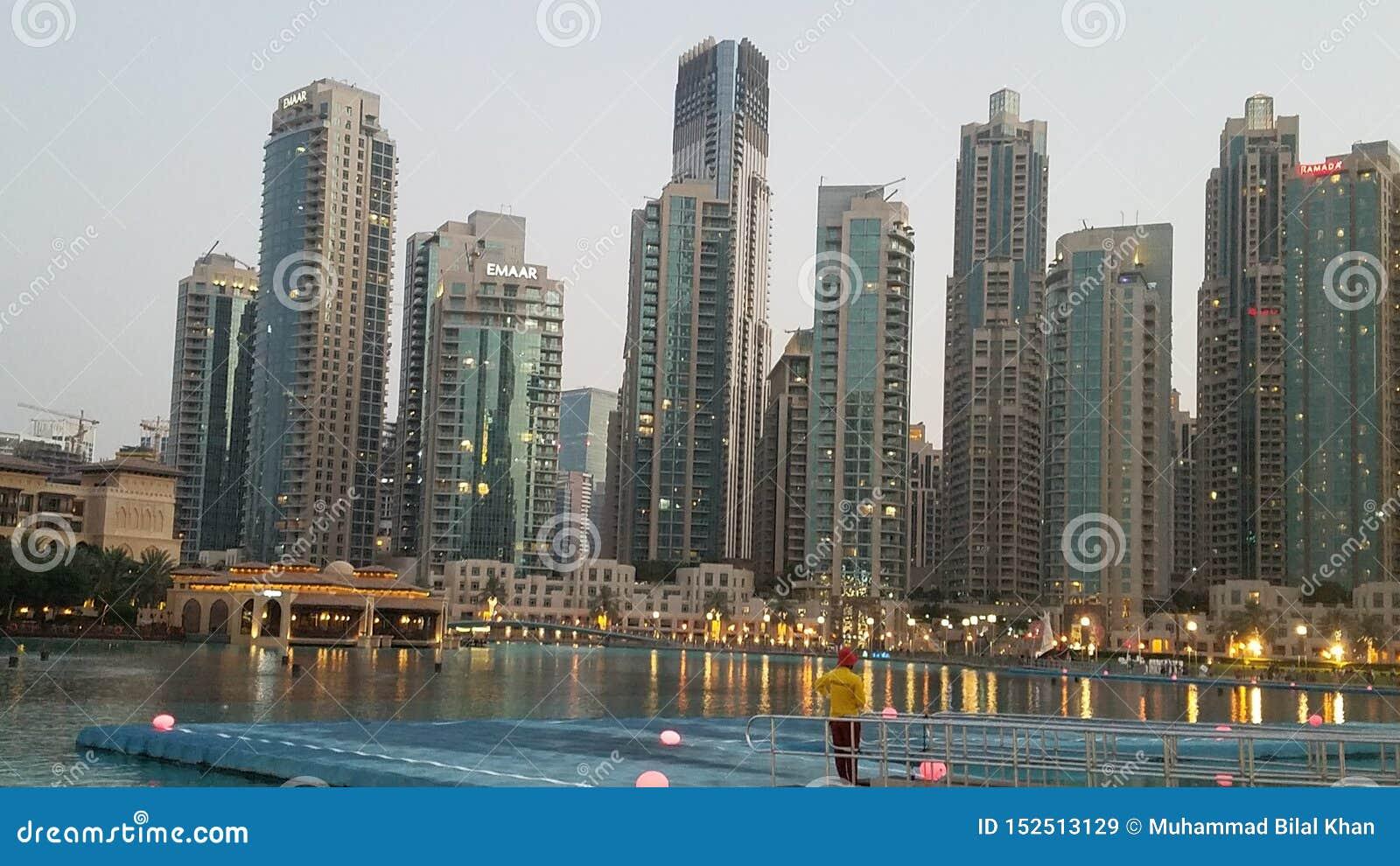 Dubai framme av Burj Khalifa