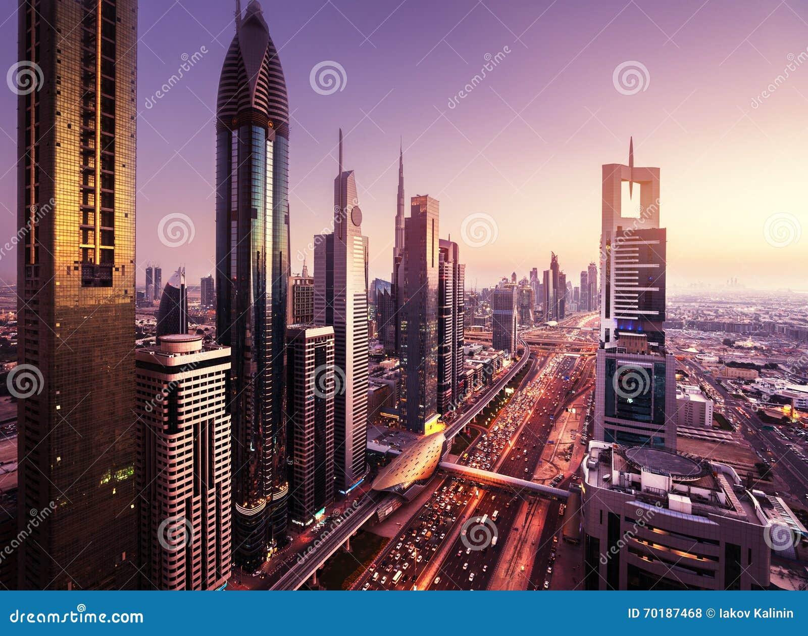Dubai horisont i solnedgångtid