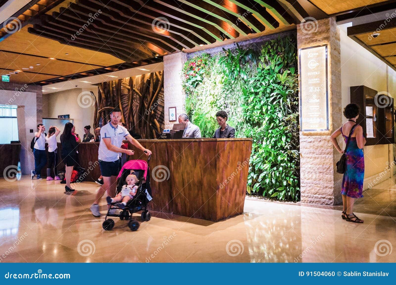 Dubai I sommaren av 2016 Modern och ljus inre med väggar av bosatta växter och marmorgarnering i hotellet Sofitel T