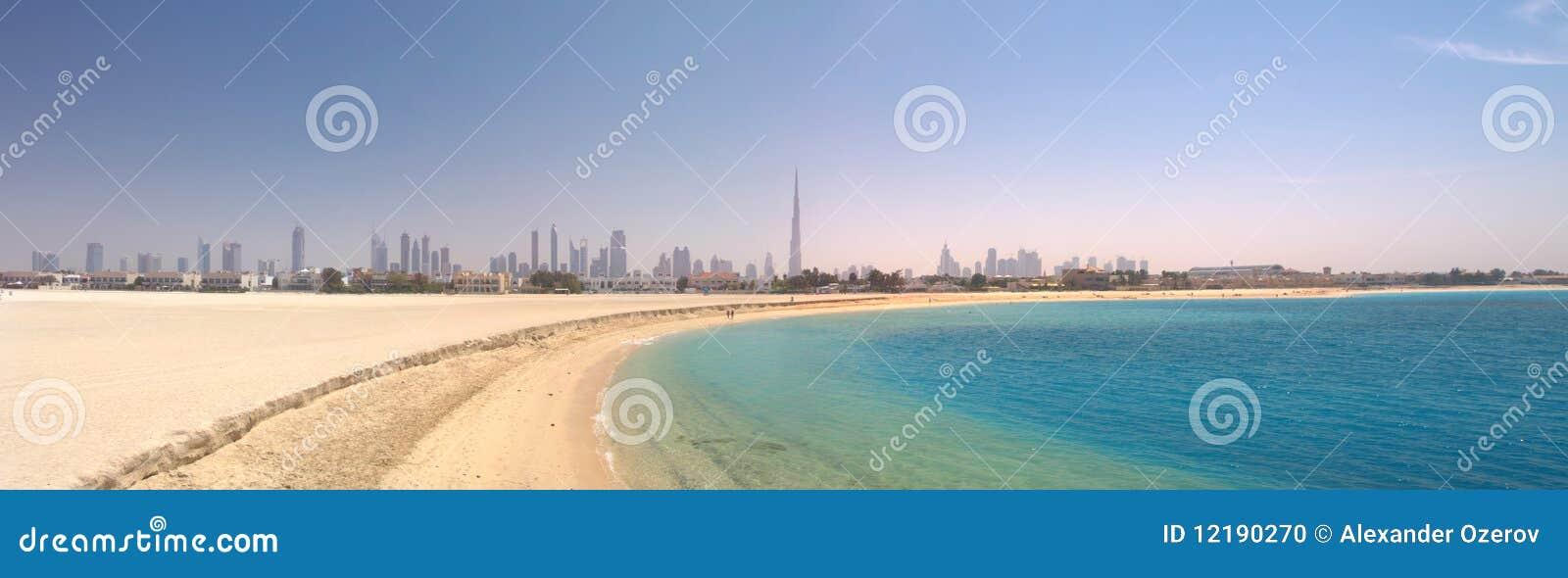 Dubai. Panorama da praia e do mar bonitos