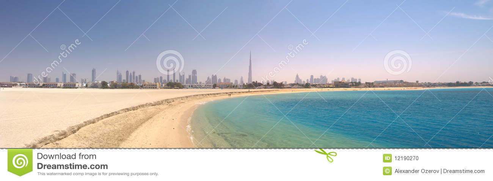 Dubai. Panorama de la playa y del mar hermosos