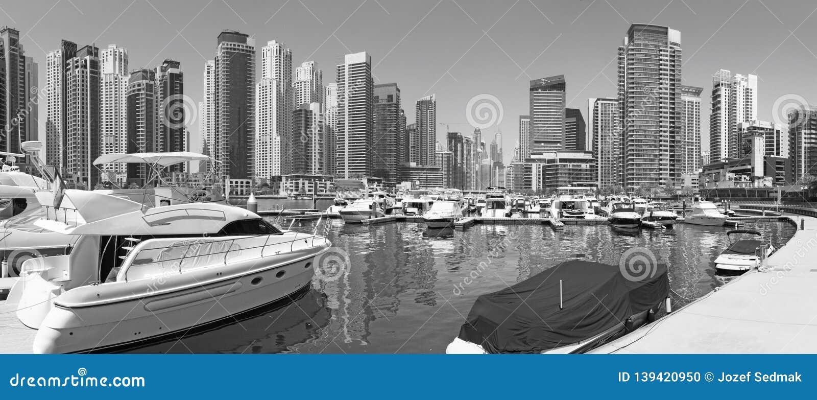 Dubai - panoraman av marina och yachter