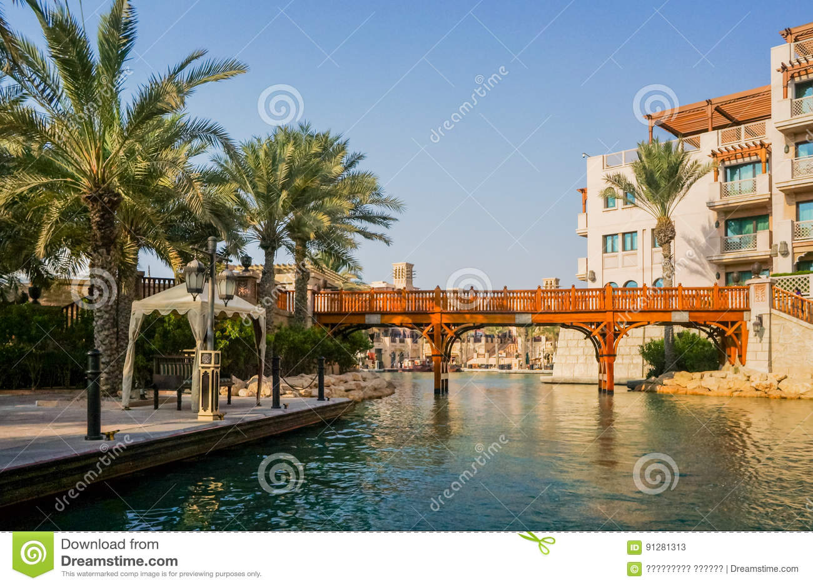 Dubai Sommar 2016 Bevattna oasen på den platsMadinat Jumeirah minaen en Salam