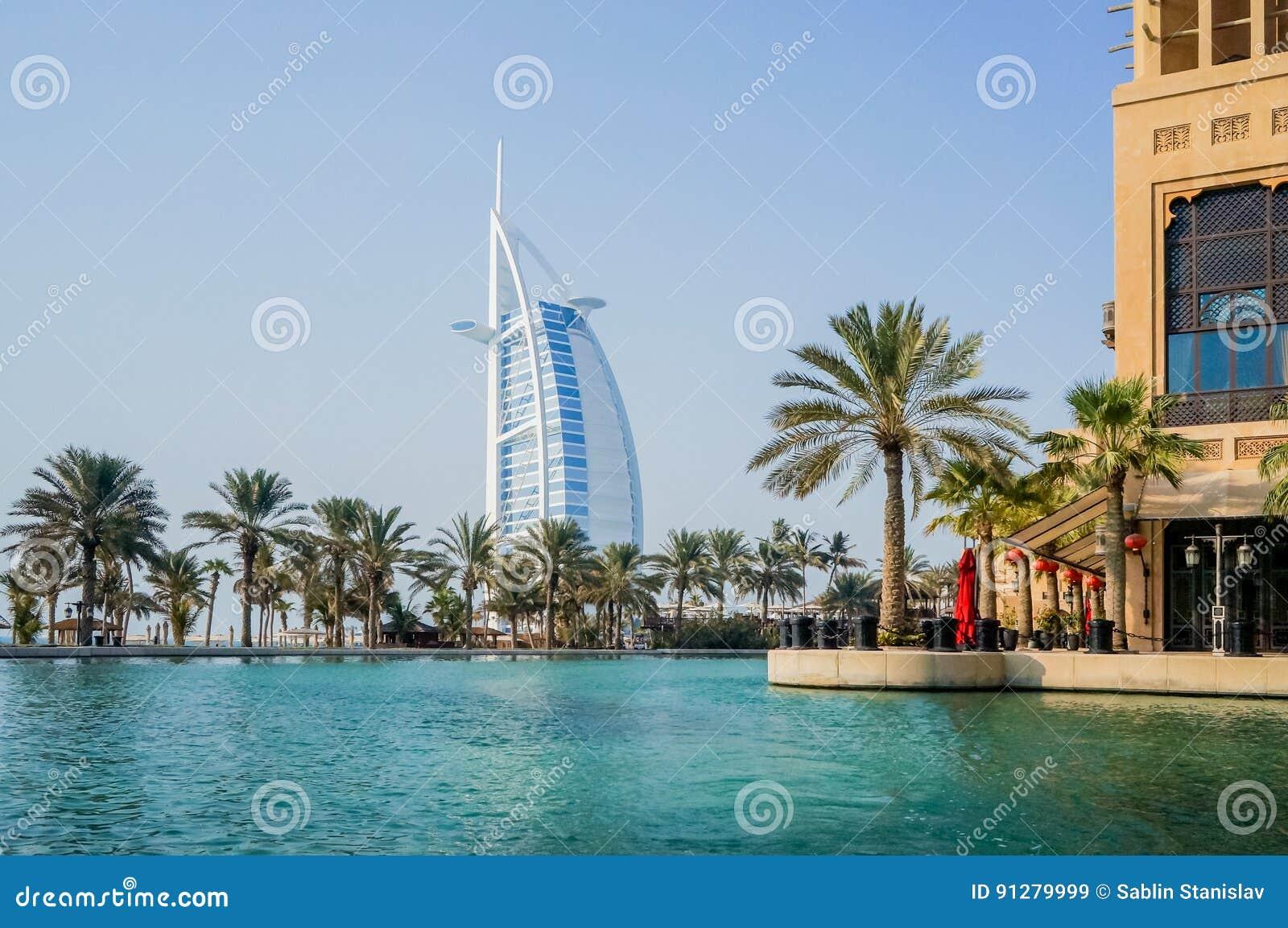 Dubai Sommar 2016 Bevattna oasen på den platsMadinat Jumeirah minaen en Salam En sikt av den berömda araben för hotellBurj al