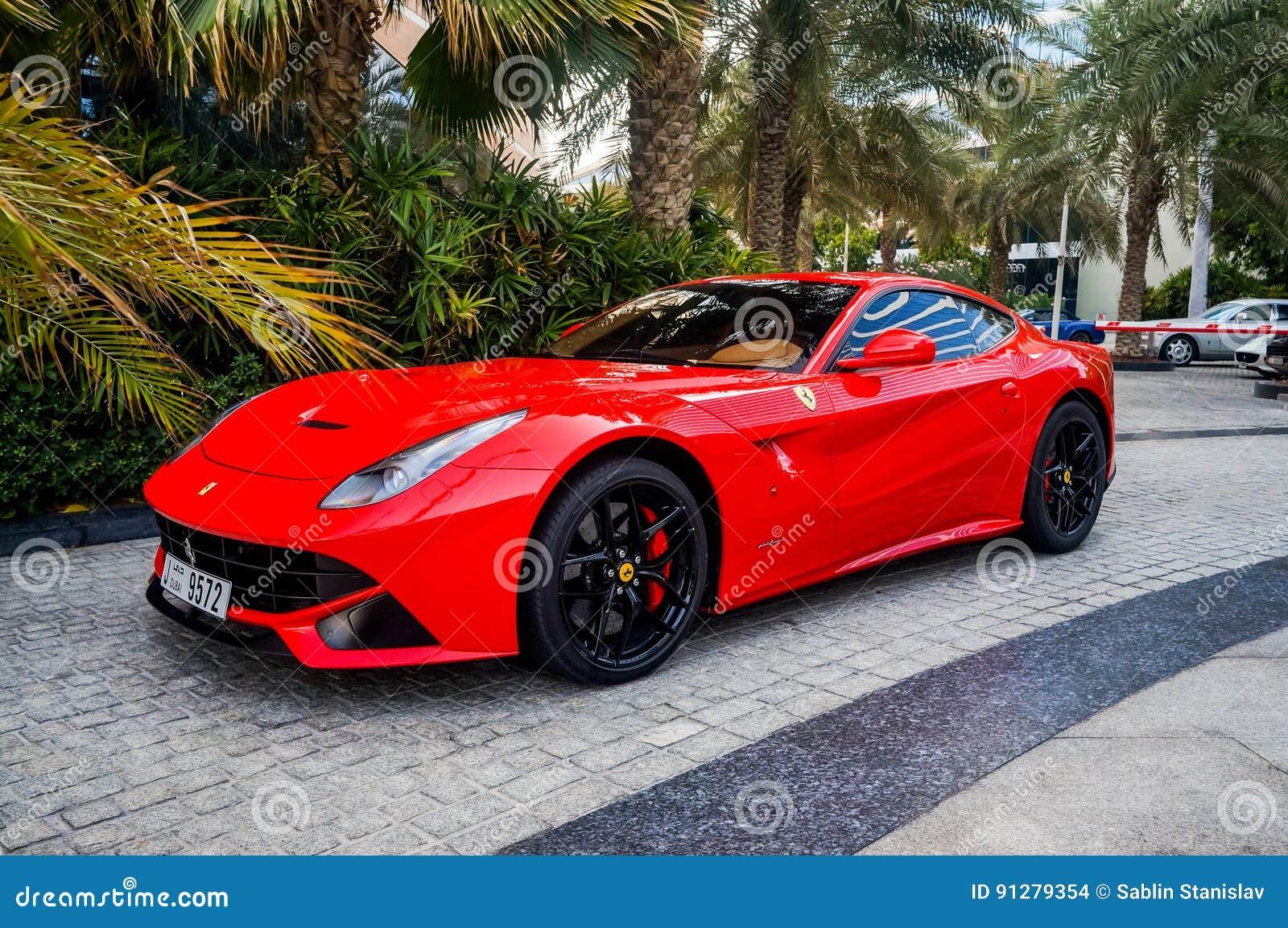 Dubai Sommar 2016 Dubai Sommar 2016 Lyxig röd bil framme av den hotellMadinat Jumeirah minaen en Salam