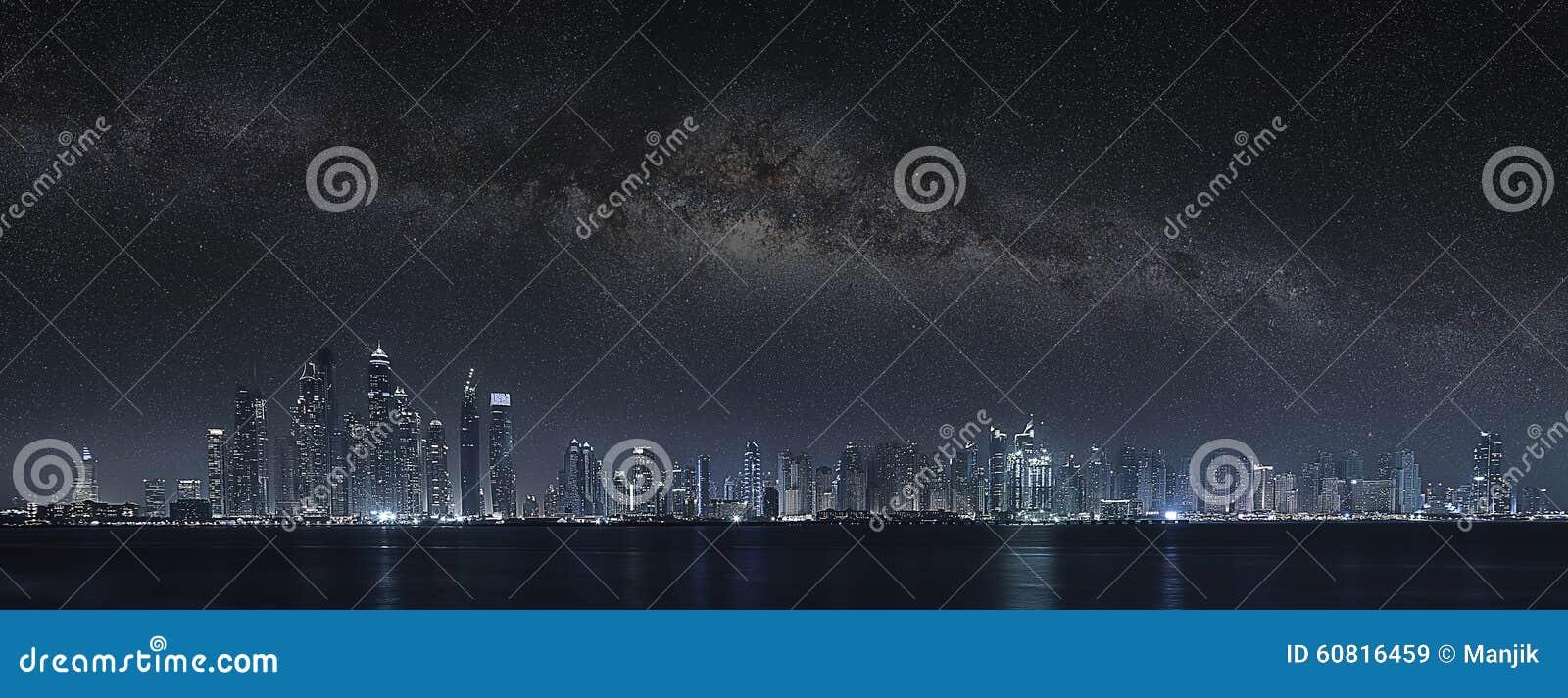 Dubai-Stadt unter Milchstraße