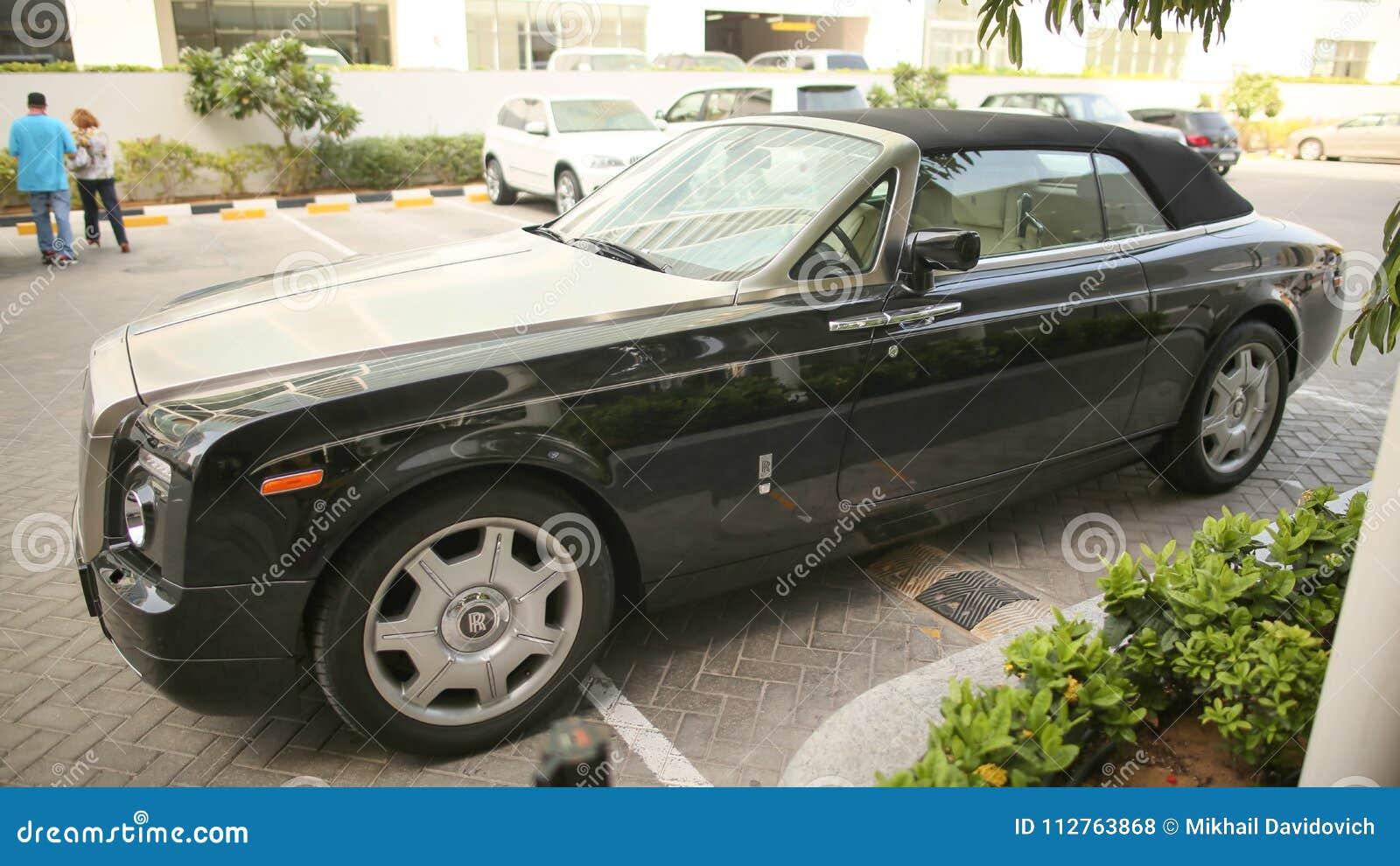 DUBAI, UAE - 20 DE AGOSTO DE 2014: Rolls Royce preto na rua de Dubai UAE