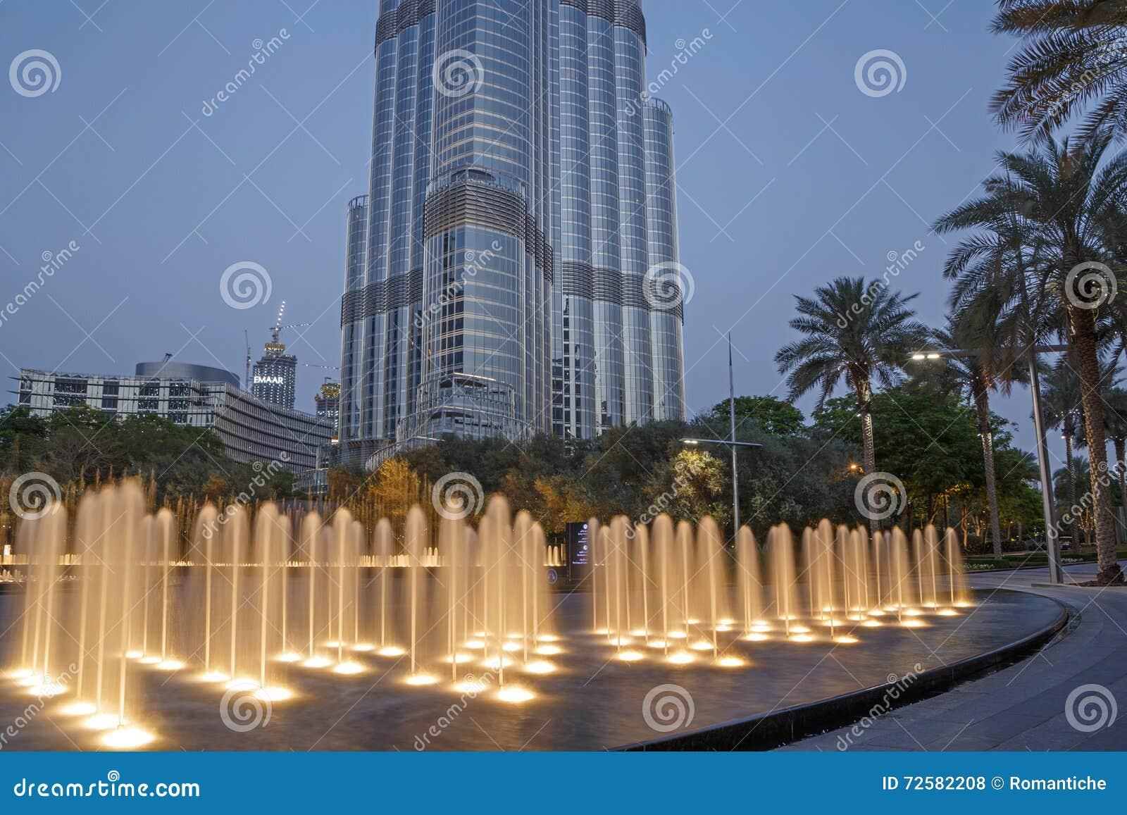 dubai uae de mayo de fuente delante de la torre de burj khalifa