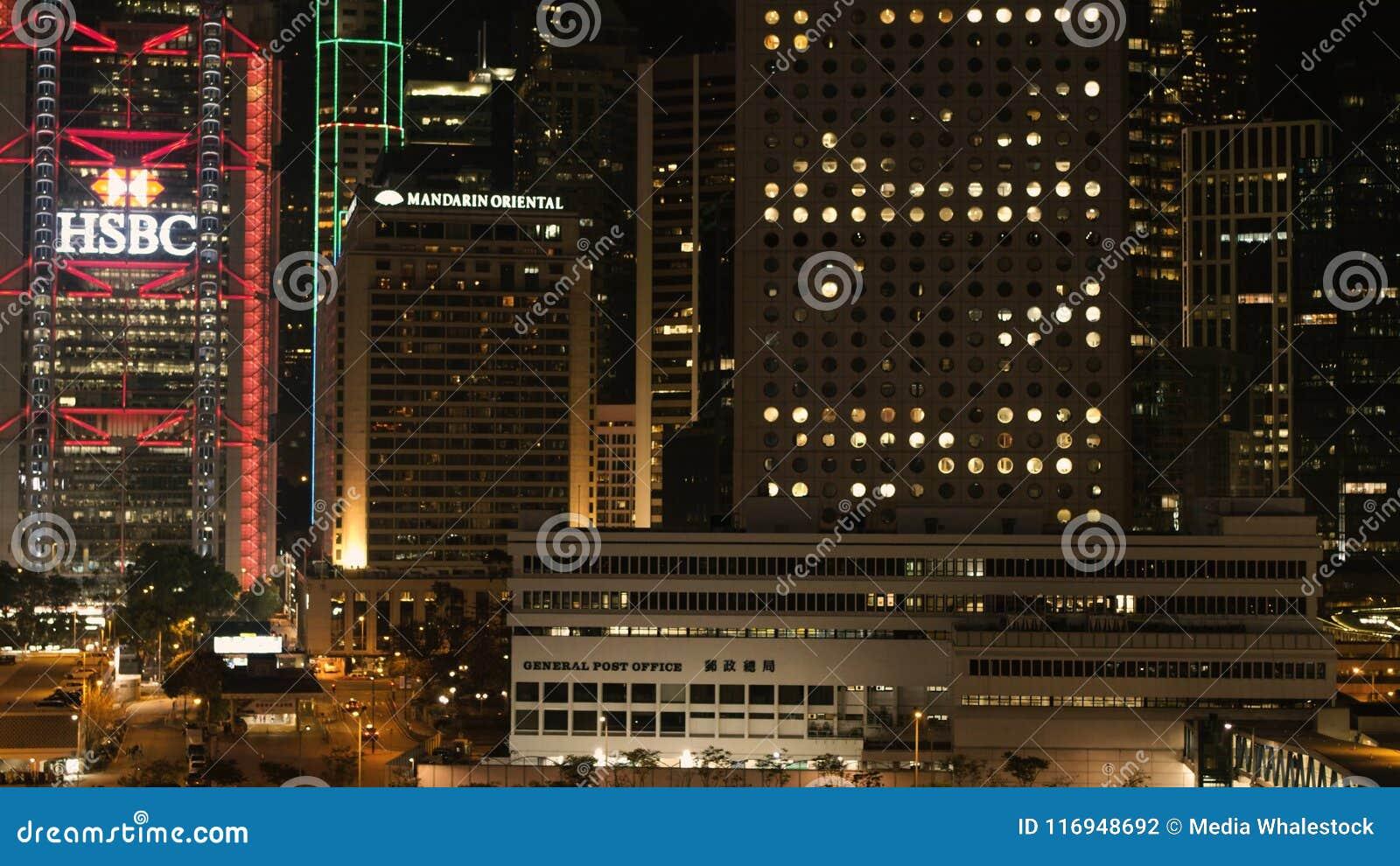 DUBAI, UAE - em abril de 2018: A cena do centro da noite de Dubai com cidade ilumina-se, a elevação nova luxuosa - cidade da tecn