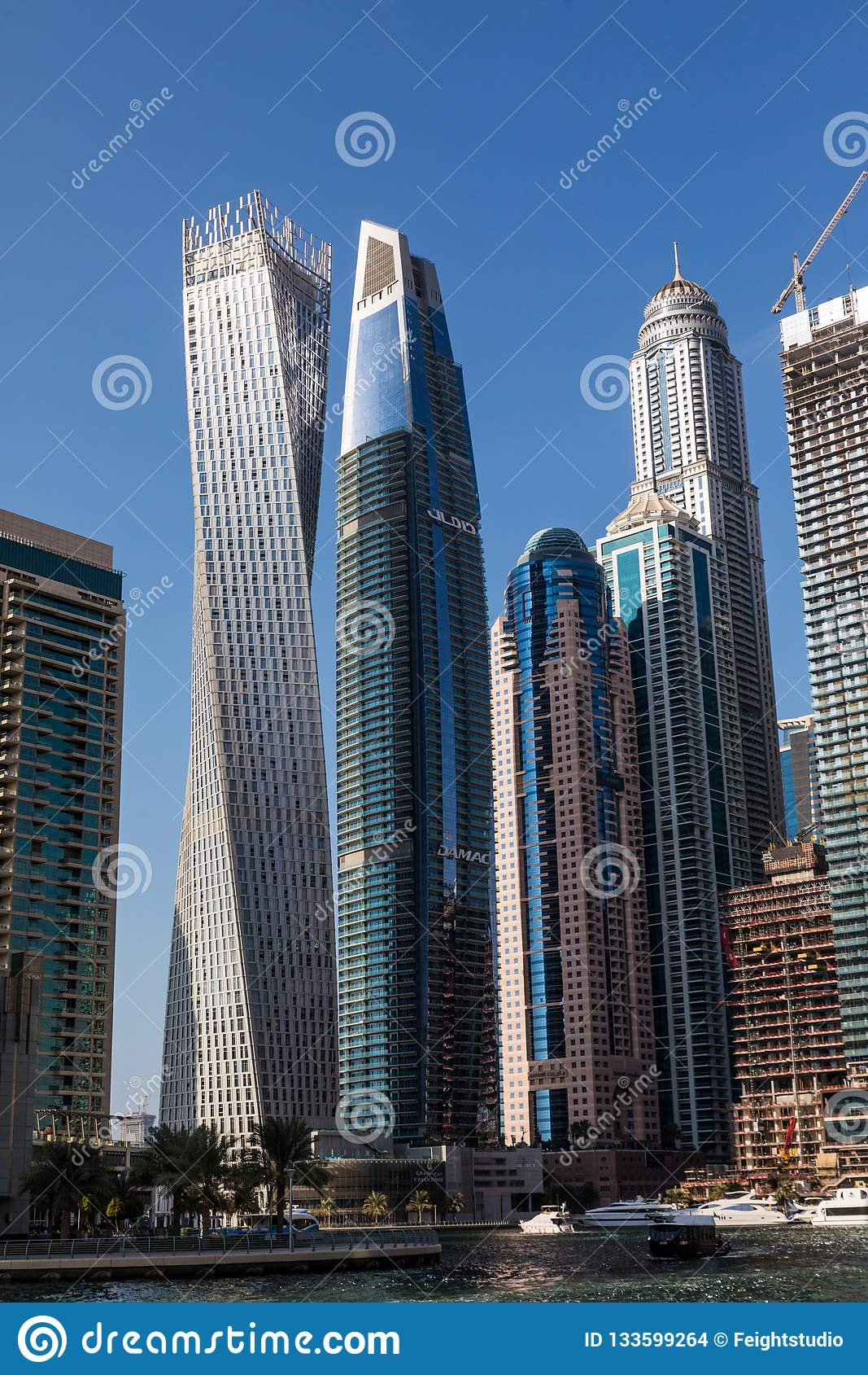 Dubai, UAE - em outubro de 2018 Arranha-céus no porto de Dubai