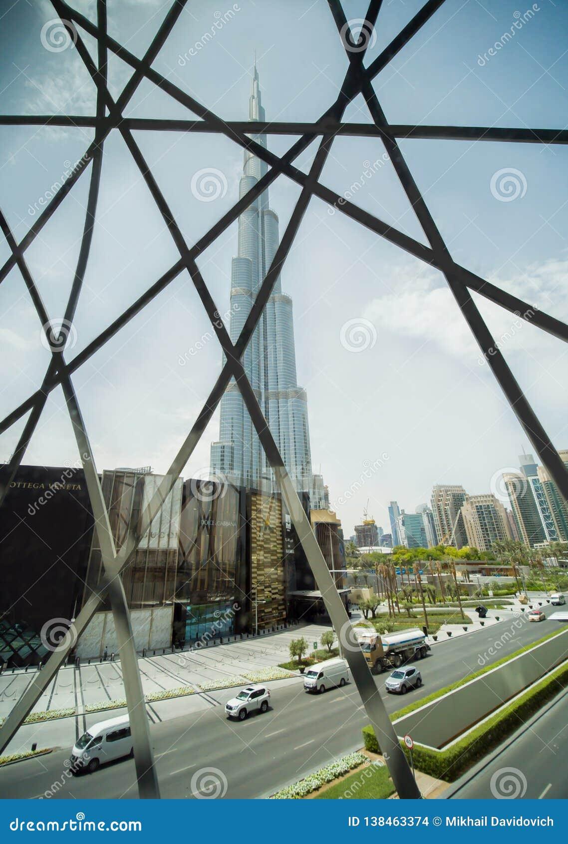 Dubai, UAE - 15. Mai 2018: Ansicht des Burj Khalifa durch das Dubai-Mallfenster