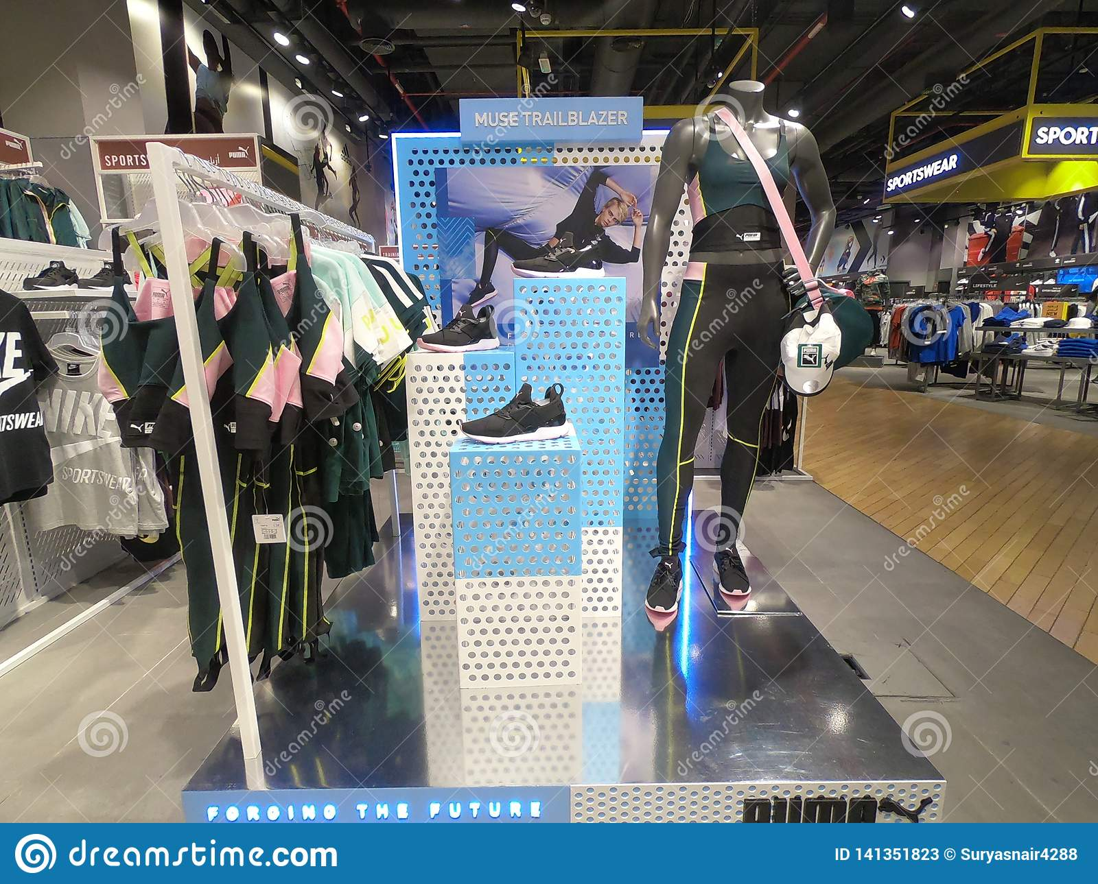 soporte terciopelo Amanecer  Dubai, UAE - March 2019 Puma Merchandise Displayed For Sale On Mannequin. Puma  Sports Wear, Shoes, Tank Tops And Bag For Sale Editorial Stock Photo -  Image of fitness, apparel: 141351823