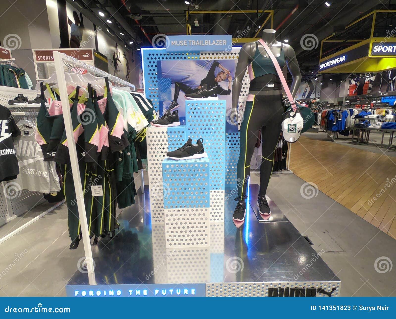 Dubai, UAE - marzo de 2019 mercancía del puma exhibida en venta en maniquí Los deportes del puma llevan, los zapatos, las camiset