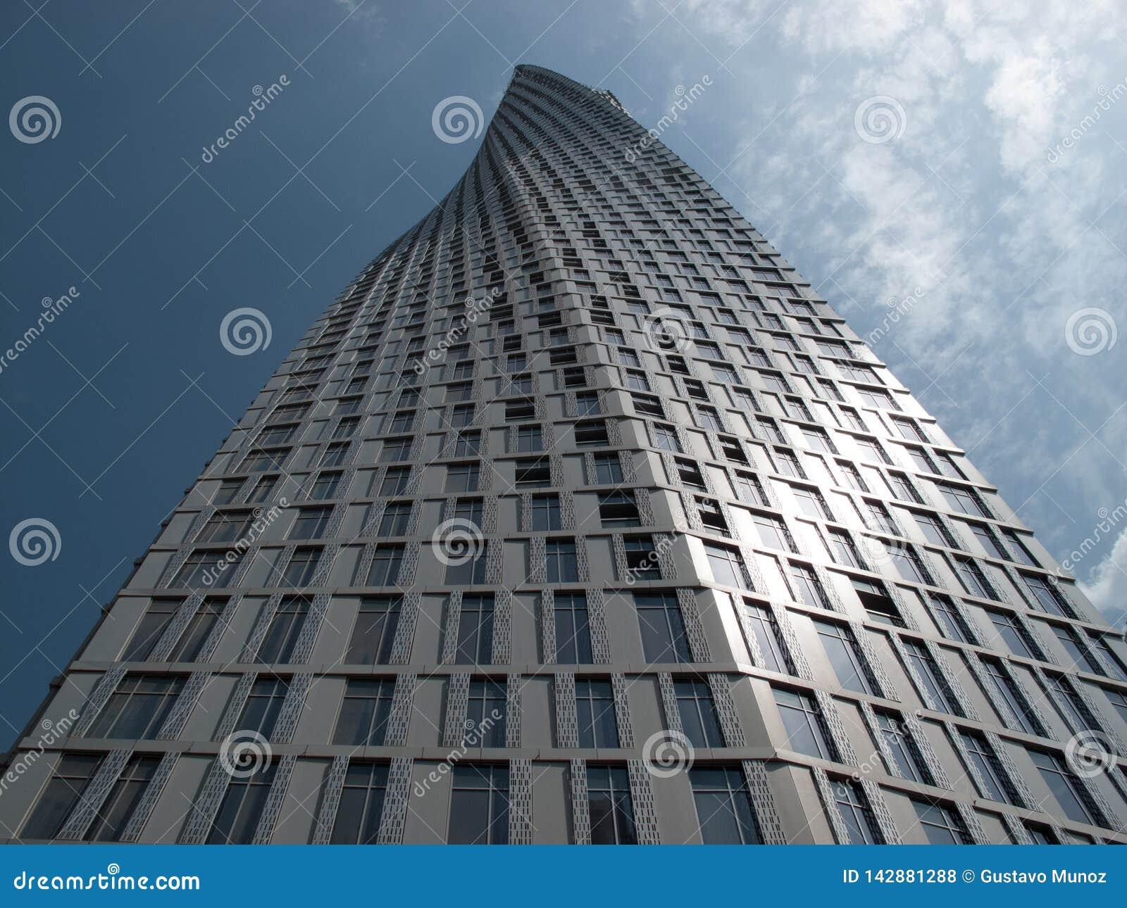 Dubai, UAE - marzo, 02, 2017: La perspectiva de la parte inferior de la torre de Cayan sabe también como torre del infinito en el