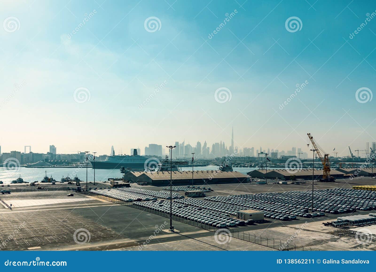 Dubai, United Arab Emirates - 12 de diciembre de 2018: Puerto del cargo del mar, visión panorámica desde un trazador de líneas de