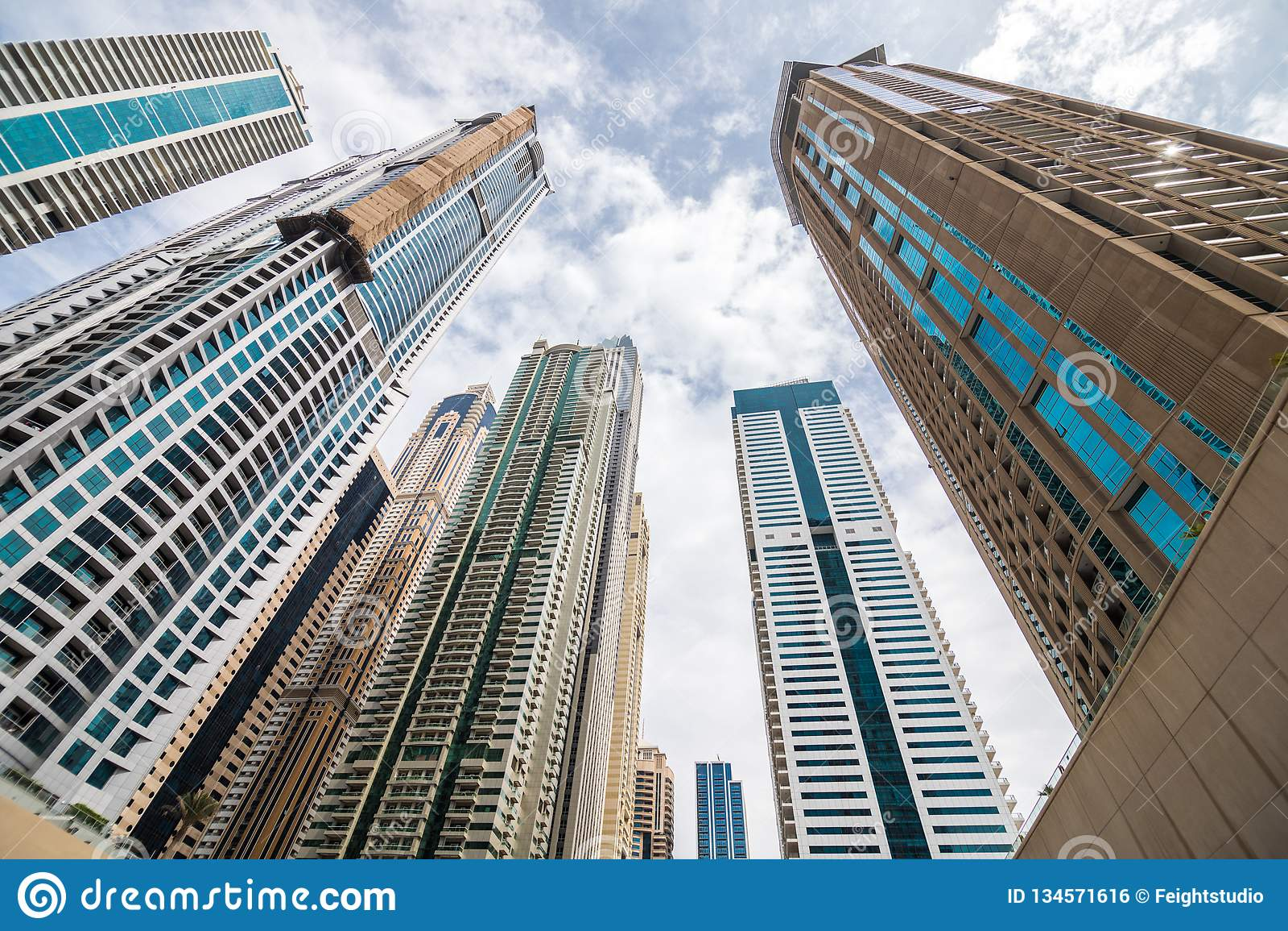 DUBAI, UNITED ARAB EMIRATES - OCTUBRE DE 2018: Opinión para arriba sobre Skycrapers cerca del puerto deportivo de Dubai, Dubai
