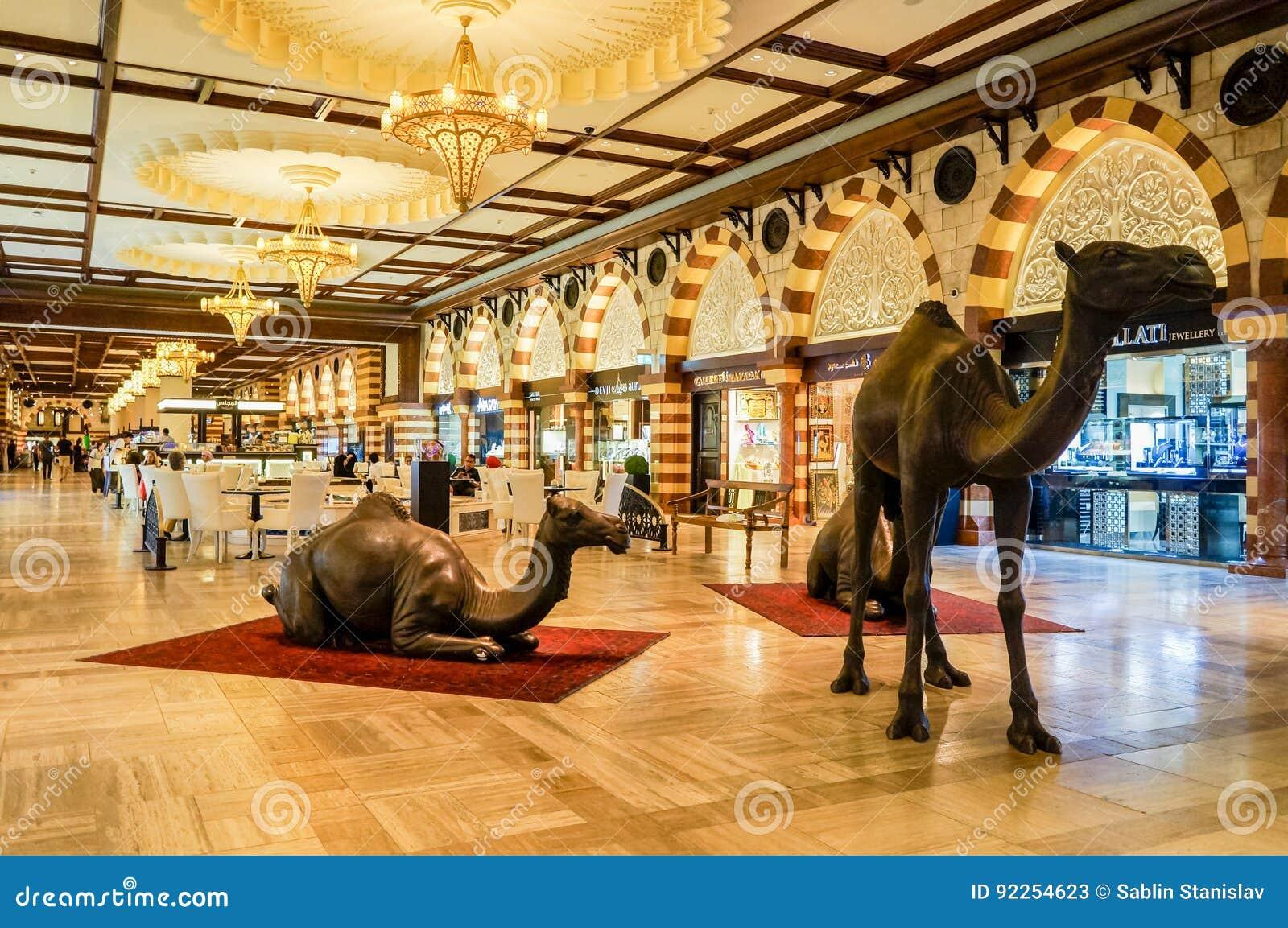 Dubai Verano 2016 El interior lujoso de la alameda más grande de mármol de Dubai de la tienda de las compras