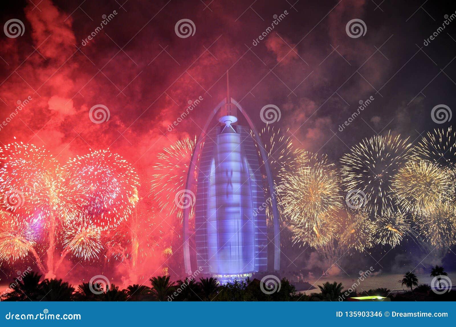 Dubaj ogienia pracy przy Burj Al arabem dla UAE święta państwowego 2016