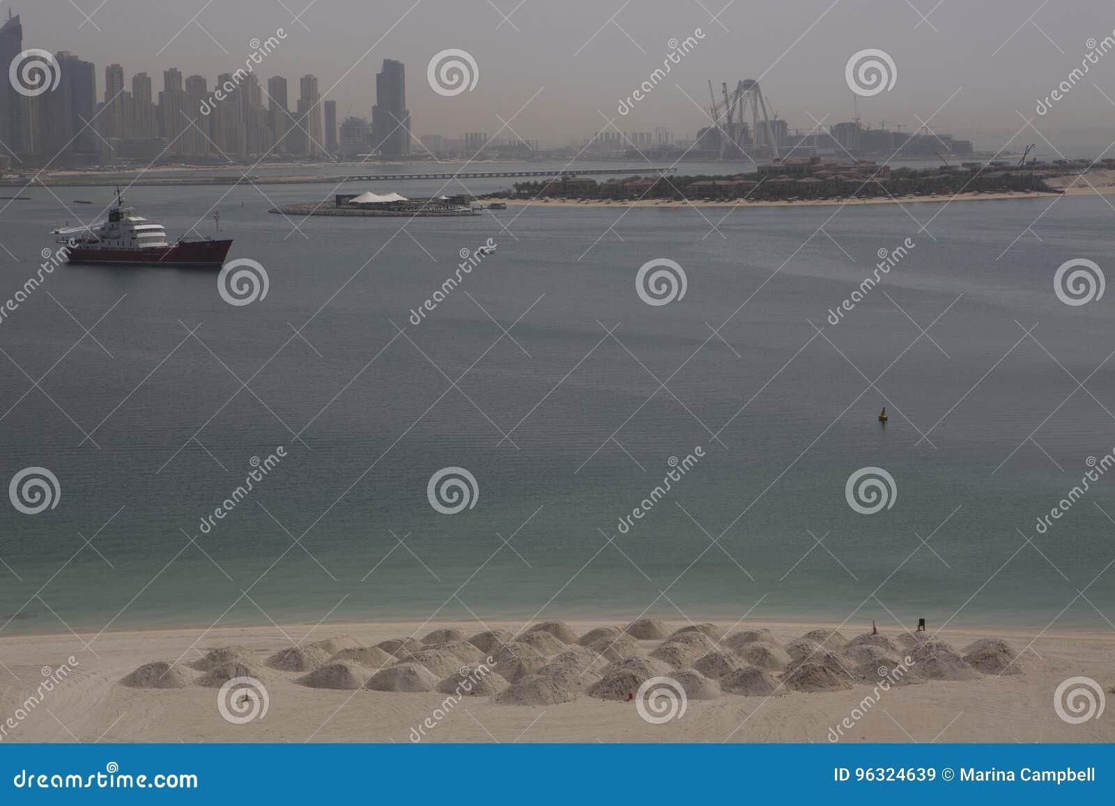 Dubaj, plaża z białym piaskiem i morze widokiem