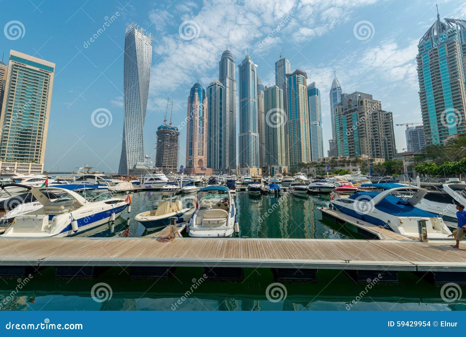 Dubaj, SIERPIEŃ - 9, 2014: Dubaj Marina okręg dalej
