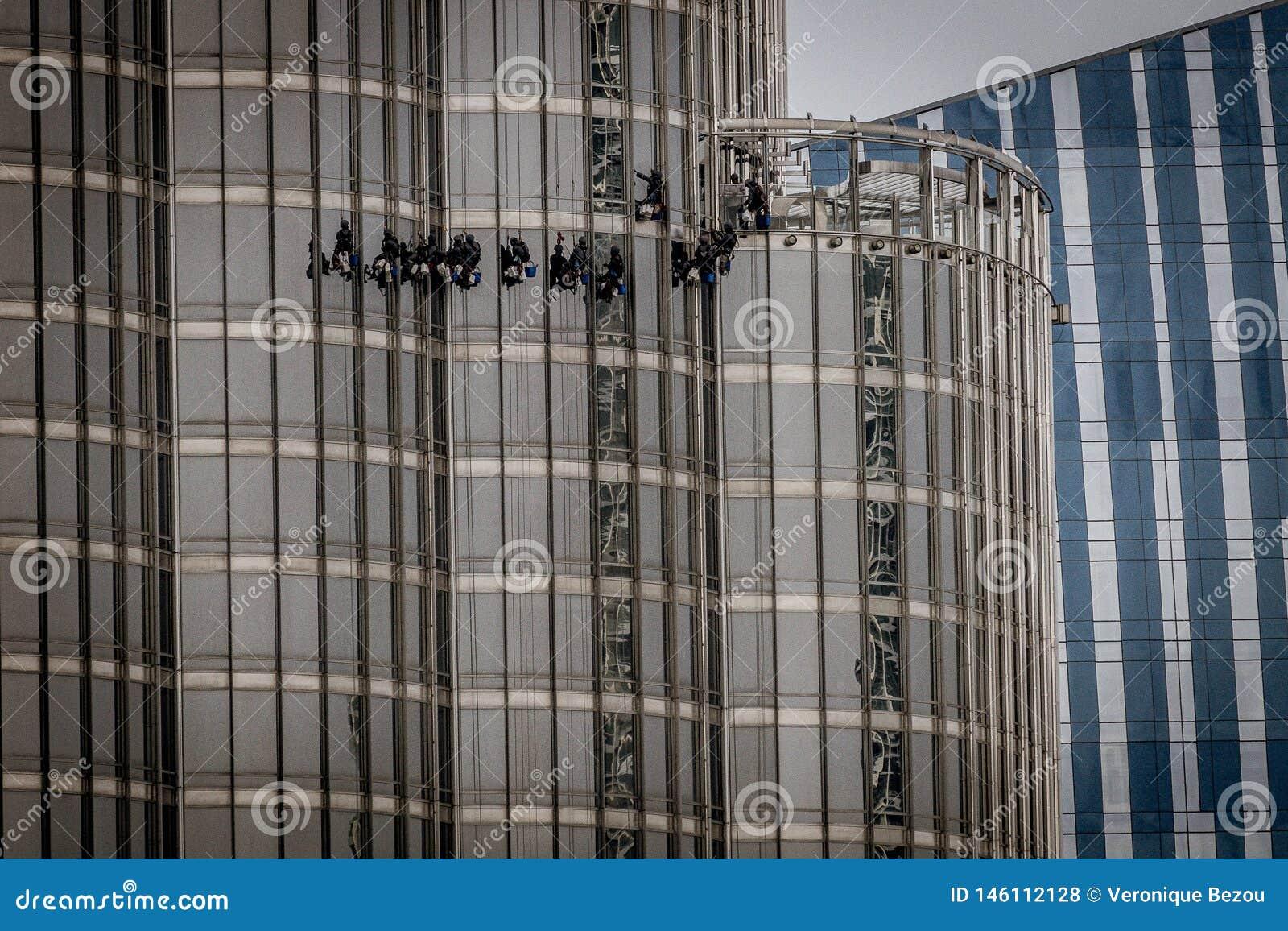 Dubaj, UAE - Kwiecień 28th, 2019: Czyści okno przy Burj Khalifa
